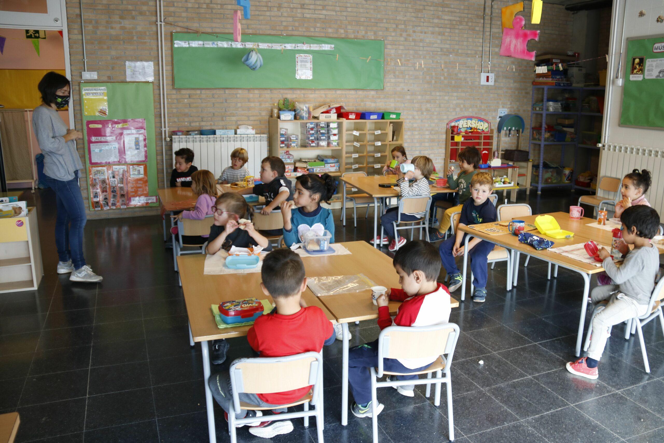 Pla general de nens de P4 asseguts a classe, a l'escola Cor de Roure de Santa Coloma de Queralt (Conca de Barber?)