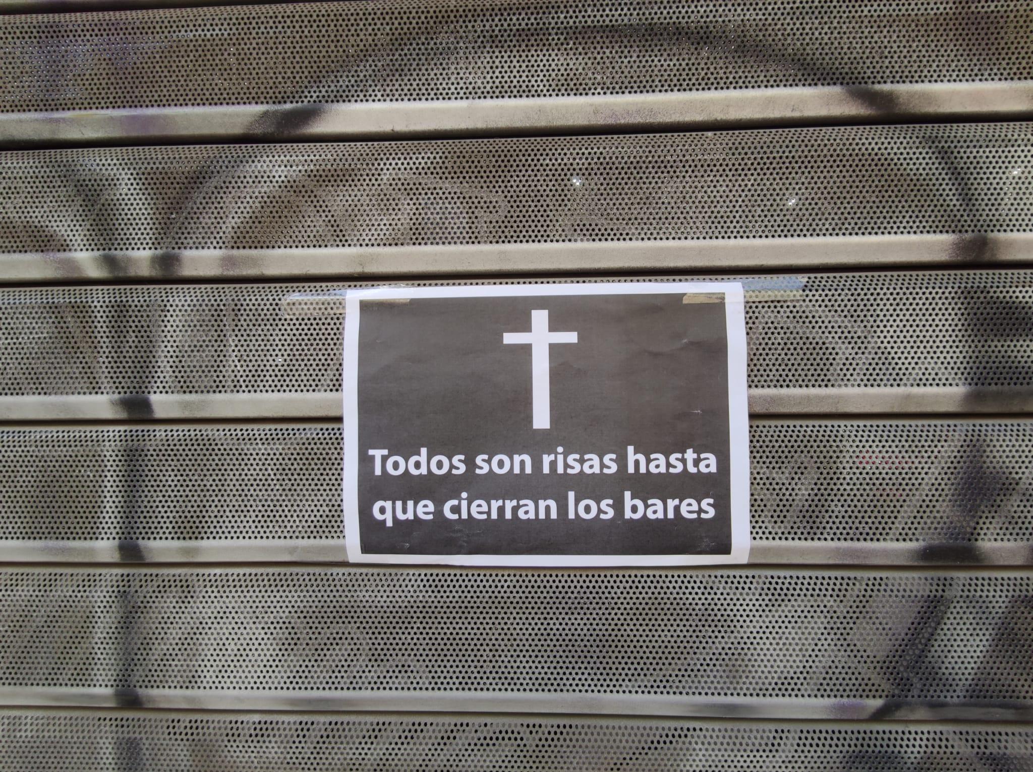 Un cartell enganxat a la persiana de L'Anxoveta de Sants / J.A.G.