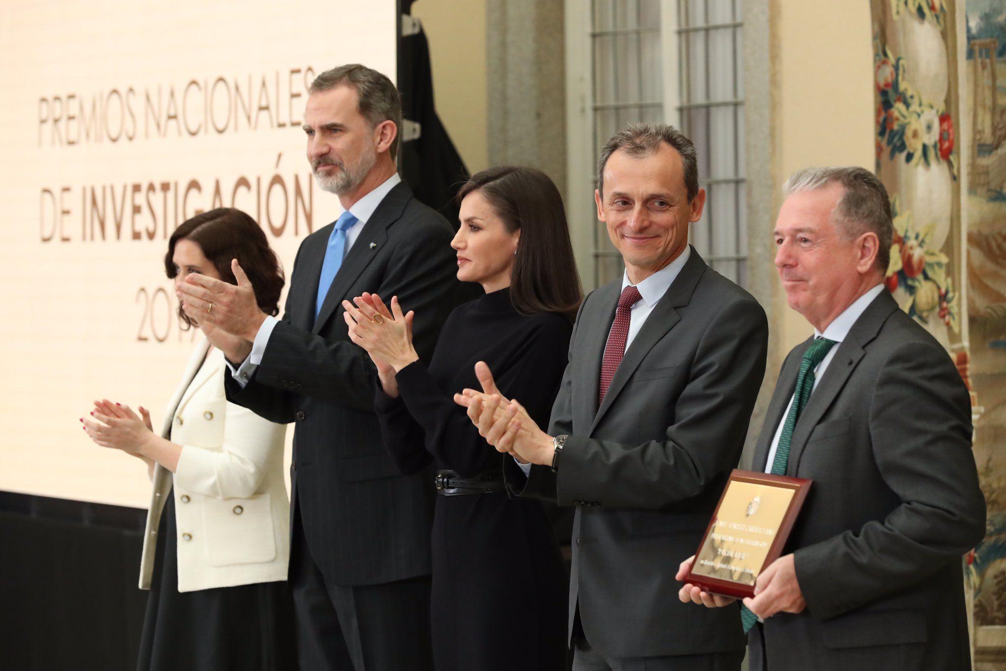 Els reis, amb les autoritats en els premis nacionals d'investigació   Casa Reial