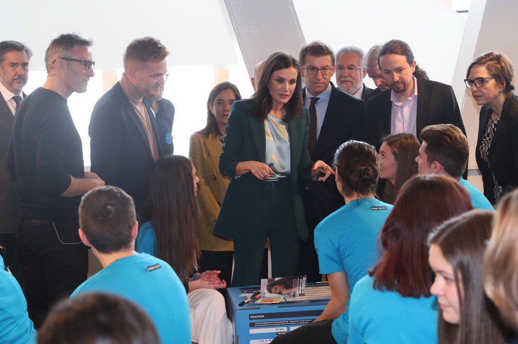 La reina Letícia, amb Pablo Iglesias en un acte a Galícia   Casa Reial