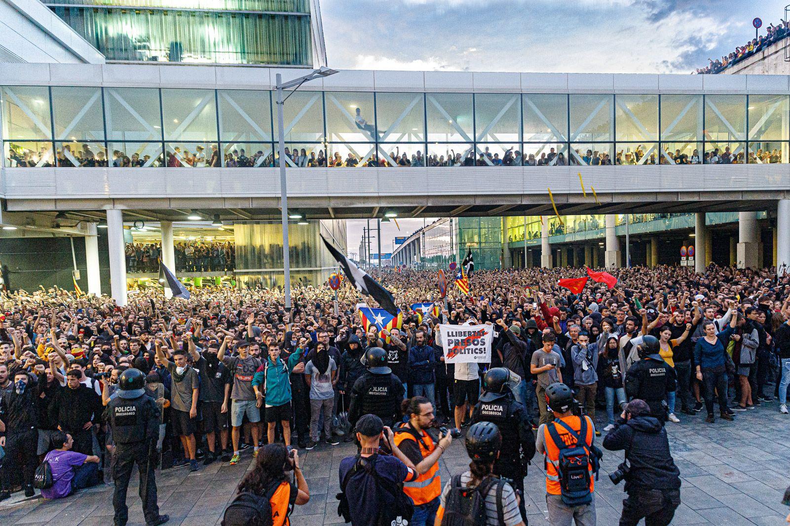 Milers de persones van ocupar l'aeroport de Barcelona i el van bloquejar JORDI BORRA?S