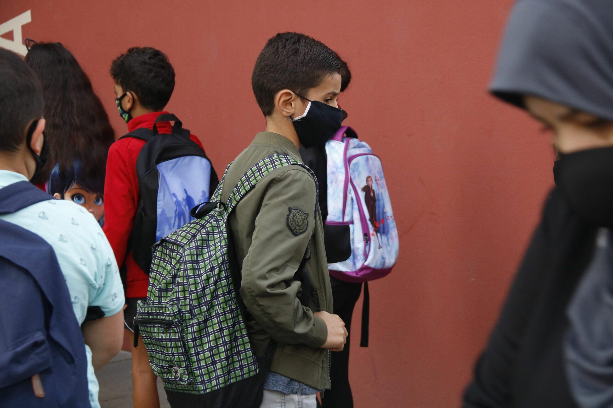 Nens amb mascareta en una escola a Manlleu (ACN)