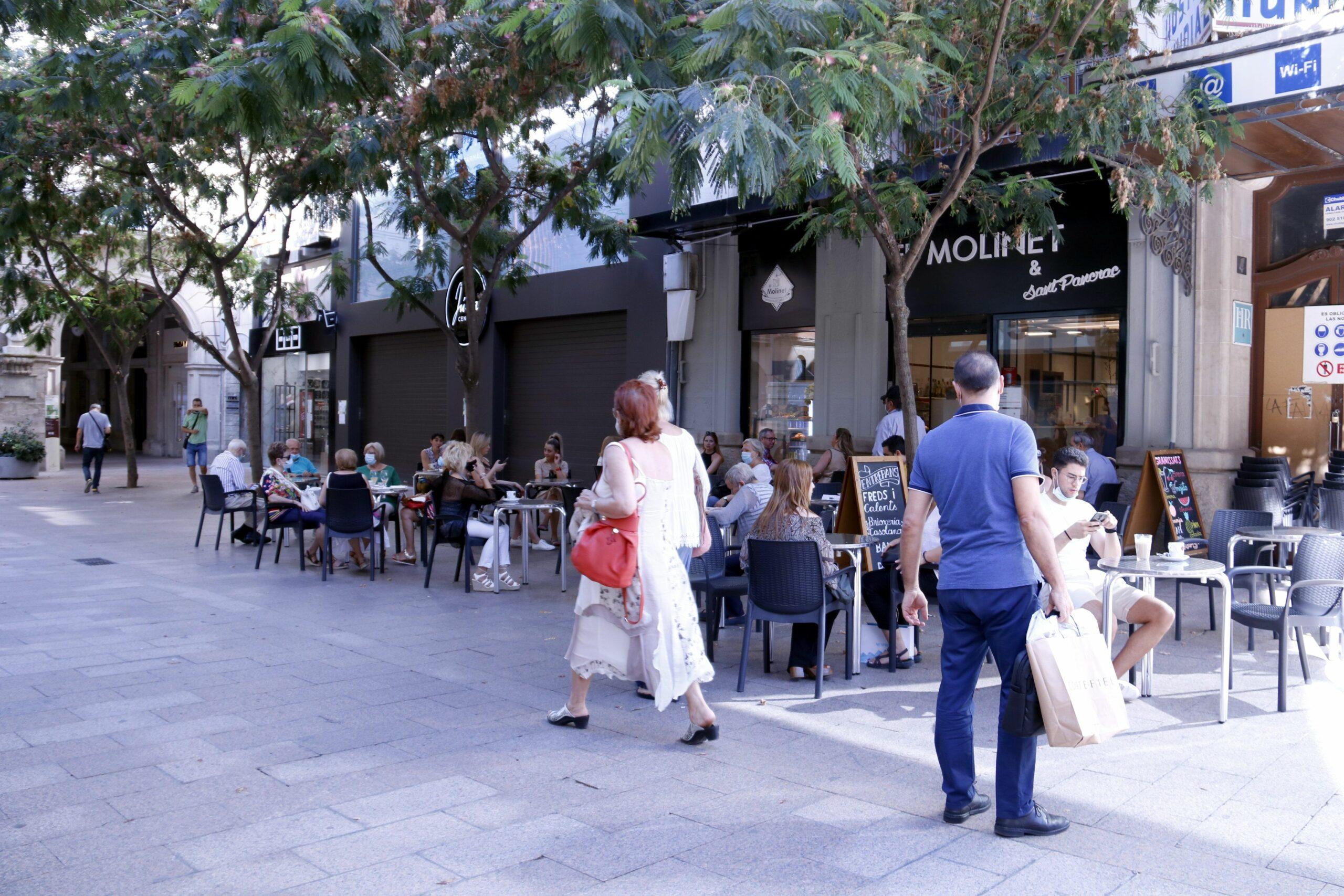 La terrassa d'un bar de l'Eix Comercial de Lleida, amb les taules plenes de clients