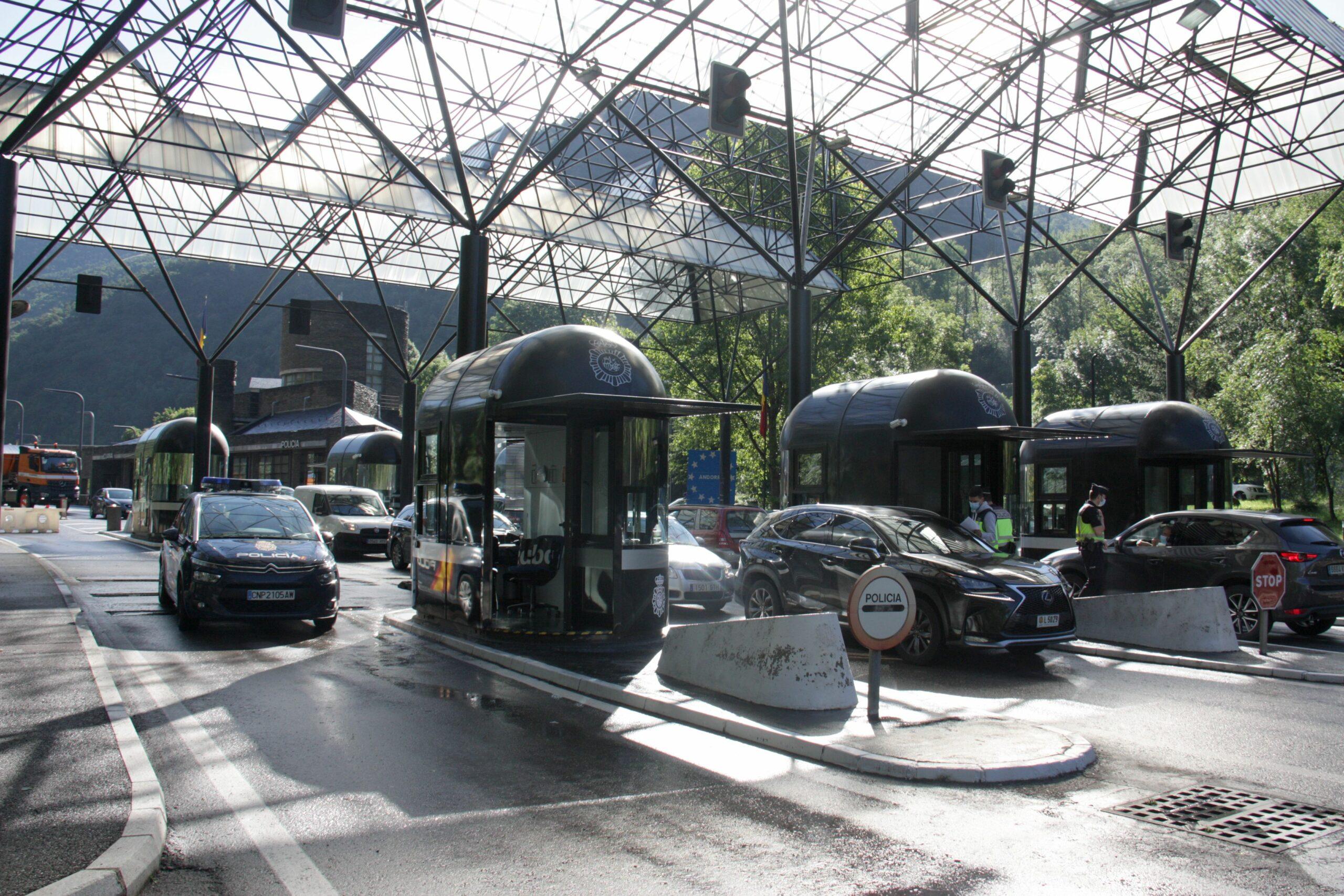 Pla general de vehicles a punt de sortir d'Andorra per la frontera amb Espanya