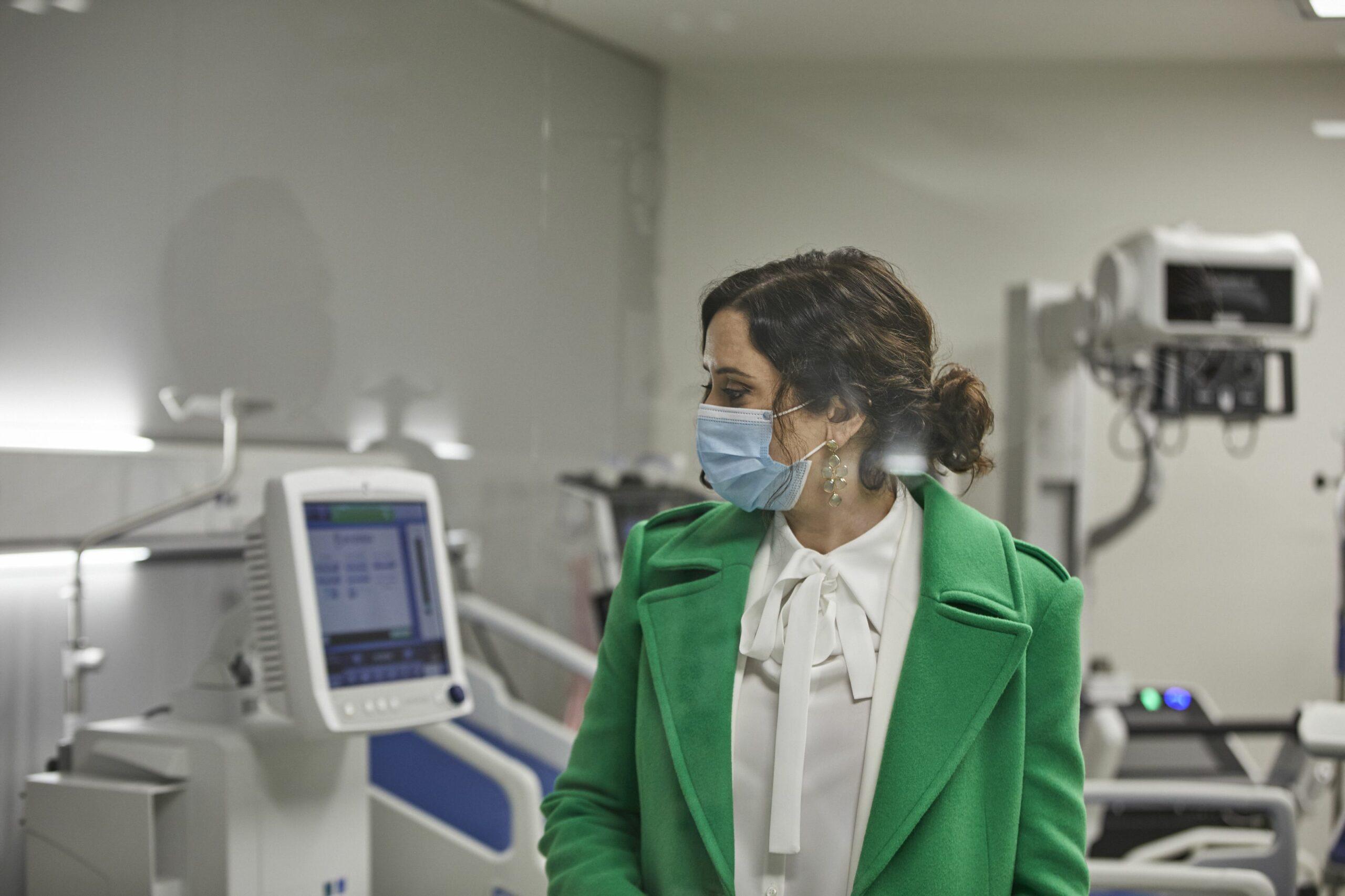 Isabel Díaz Ayuso visita un hospital durant la pandèmia, en una imatge d'arxiu | Europa Press