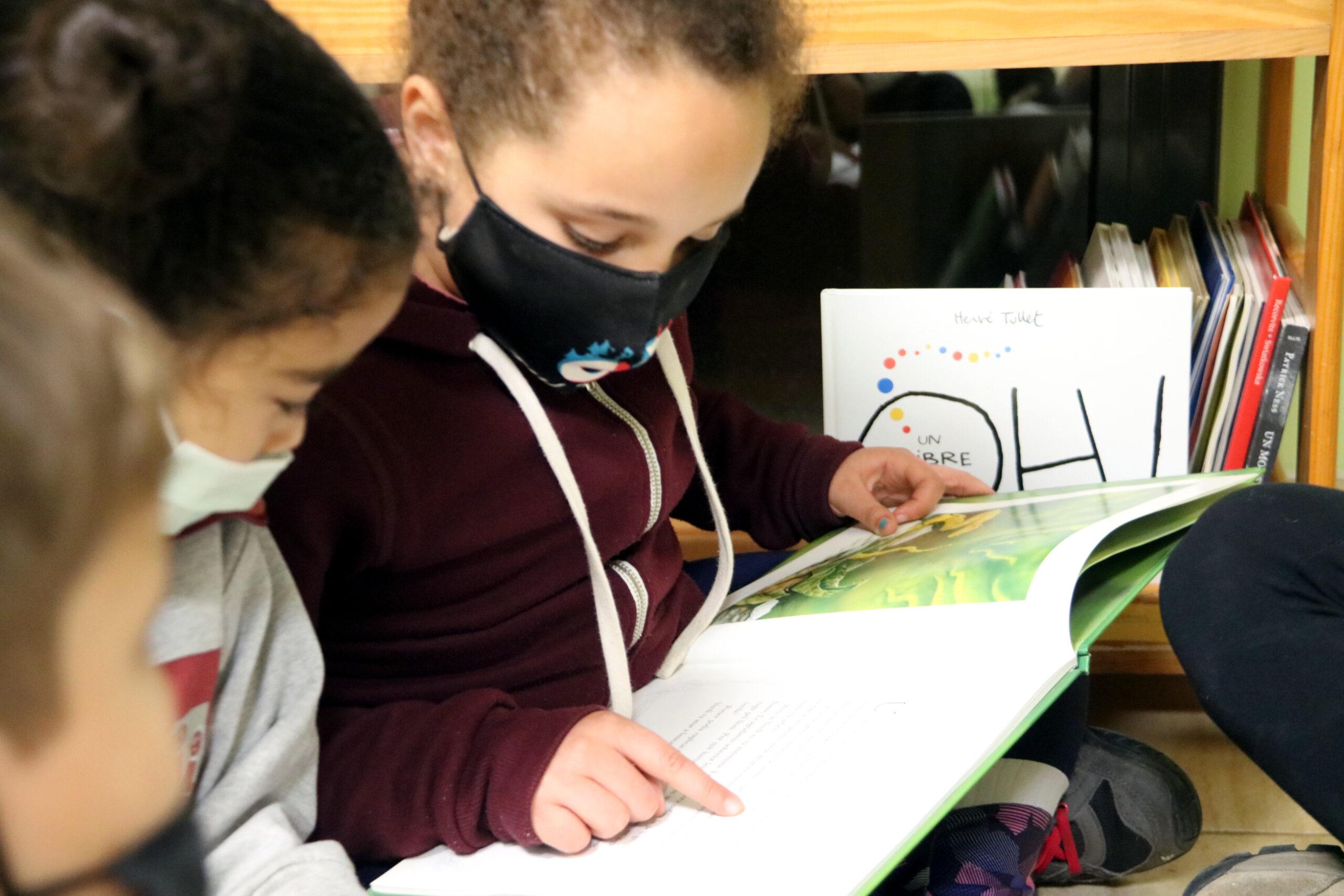Unes alumnes llegint un llibre a l'Escola Popular de Manresa | ACN