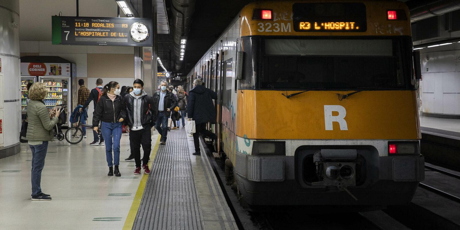 Passatgers baixant d'un tren de Rodalies a Sants Estació / Jordi Play  foto: Jordi Play