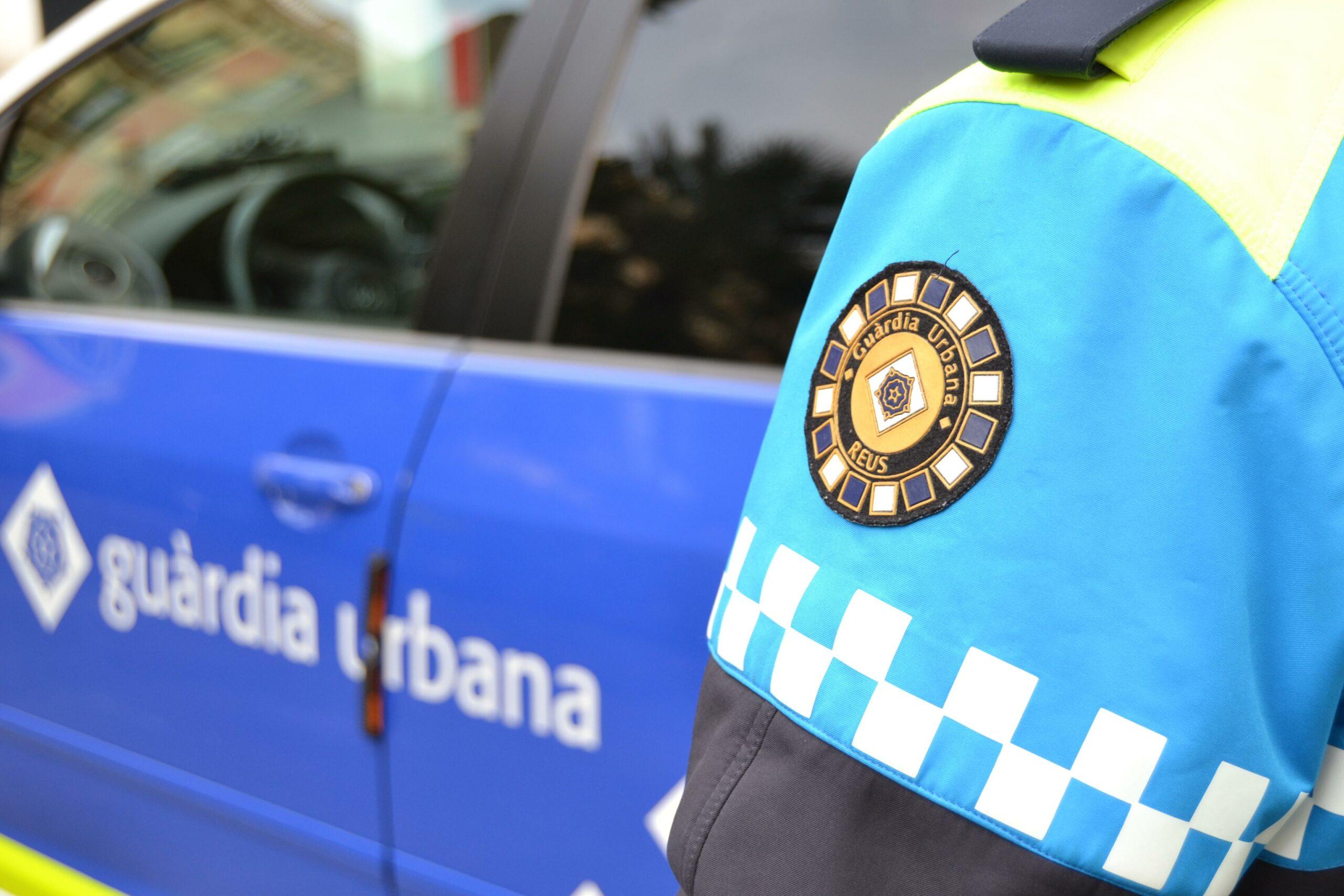 Detall de l'escut de la Guàrdia Urbana de Reus en l'uniforme d'un agent