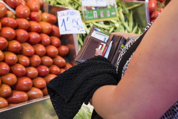 Una persona a punt de fer una compra en targeta de crèdit / Servimedia