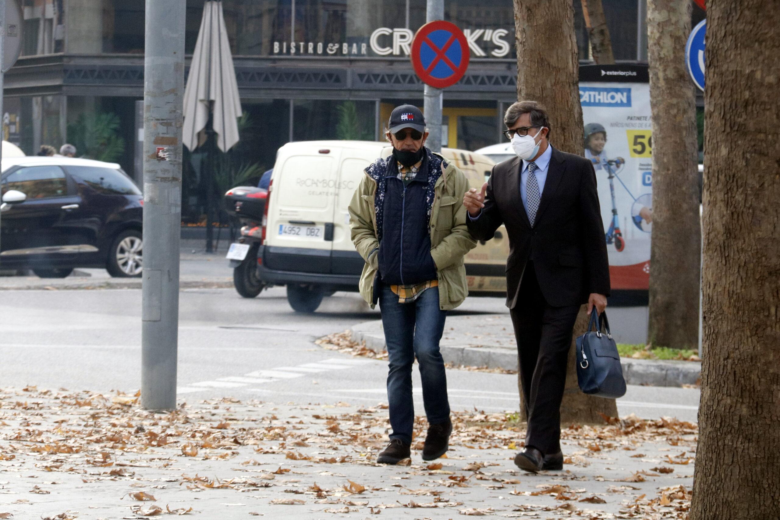 El professor de bateria investigat per abusos, acompanyat del seu advocat Carles Monguilod   ACN