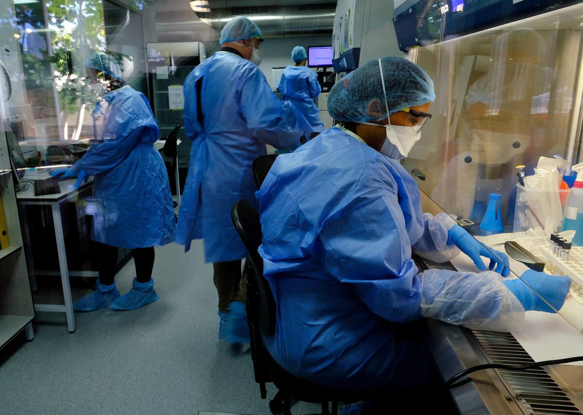 Investigadors que estudien una vacuna en un laboratori dirigit per l'empresa biotecnològica sud-africana TASK a Ciutat del Cap, Sud-àfrica | ACN