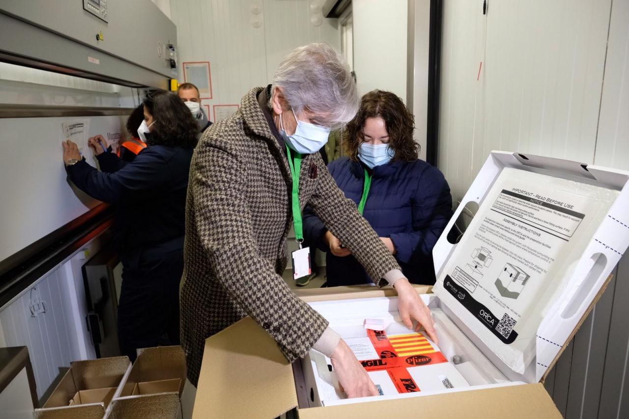 Josep Maria Argimon inspeccionant les primeres dosis de la vacuna que van arribar a Catalunya | ACN