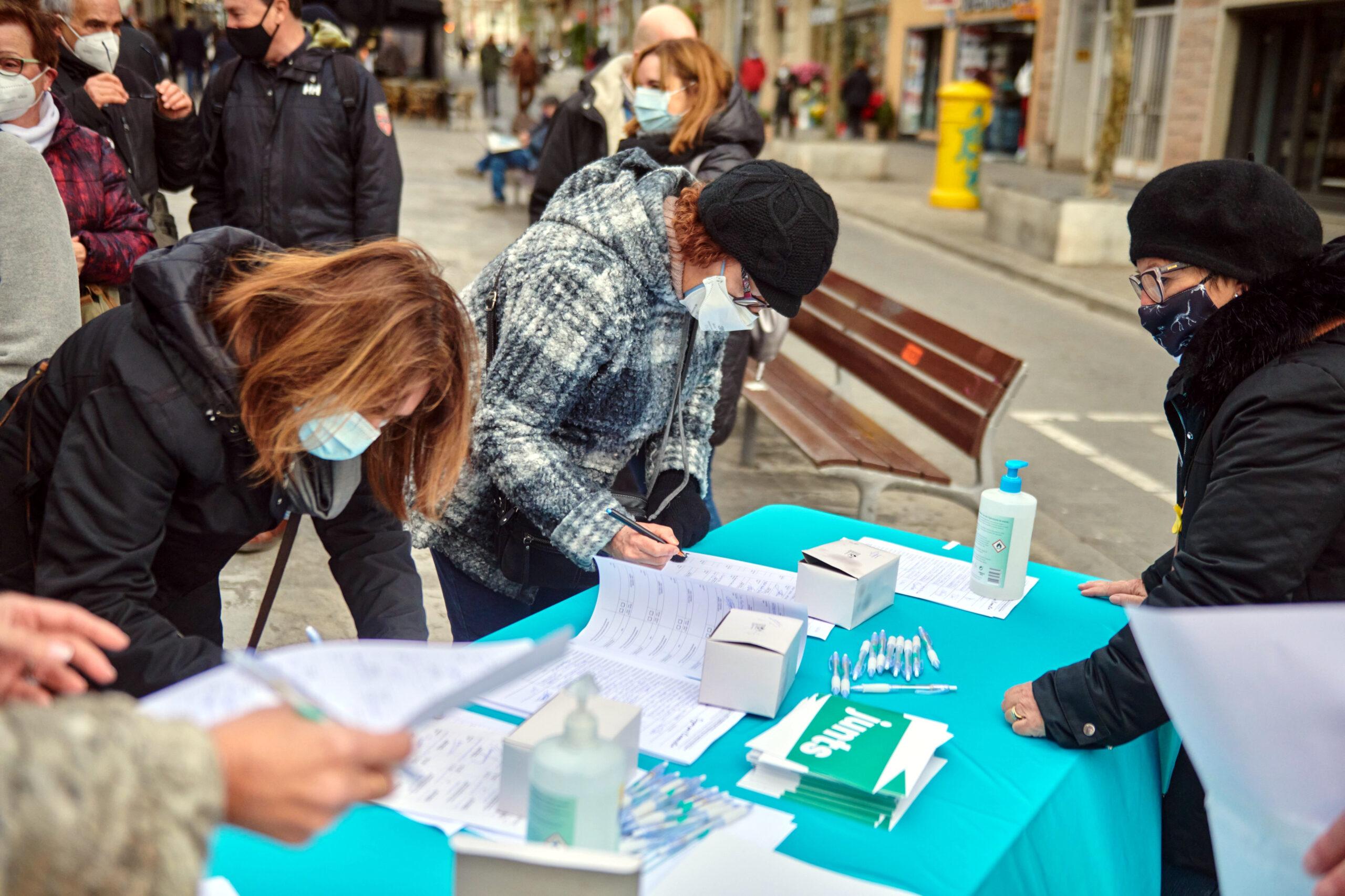Taula de recollida de firmes de JxCat a Barcelona per concórrer a les eleccions del 14-F, el 27 de desembre del 2020 (Horitzontal).
