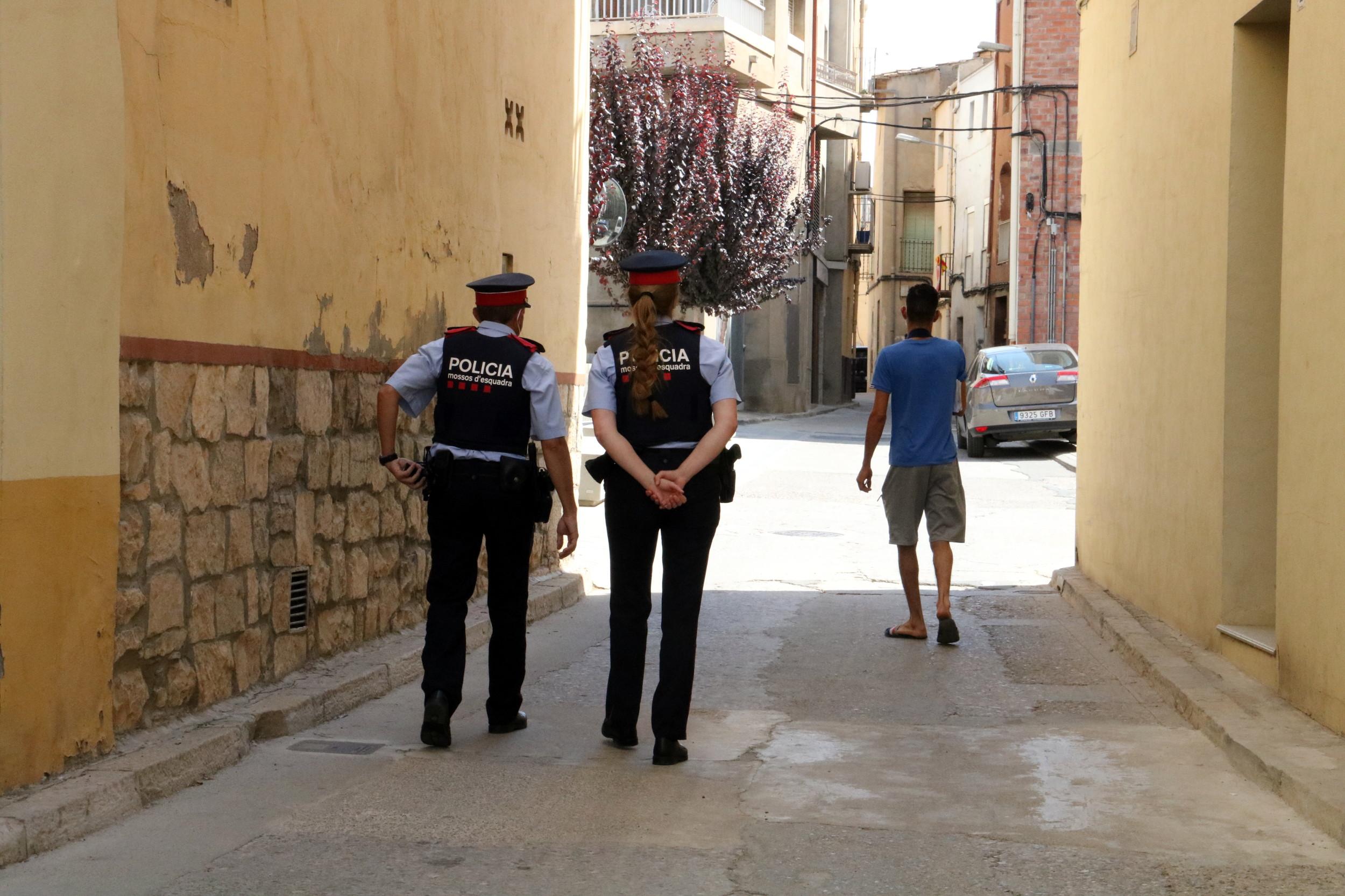 Una parella de Mossos patrullant pels carrers d'Aitona, en una imatge d'arxiu   ACN