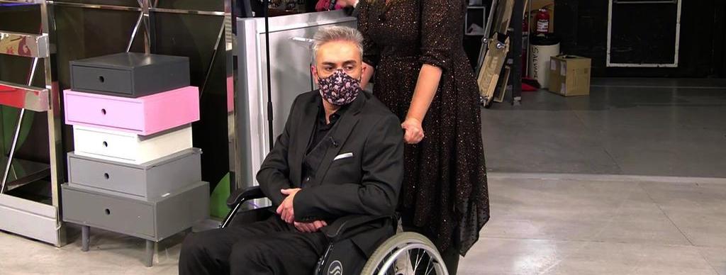 Kiko Hernández preocupa en aparèixer a plató en una cadira de rodes / Telecinco