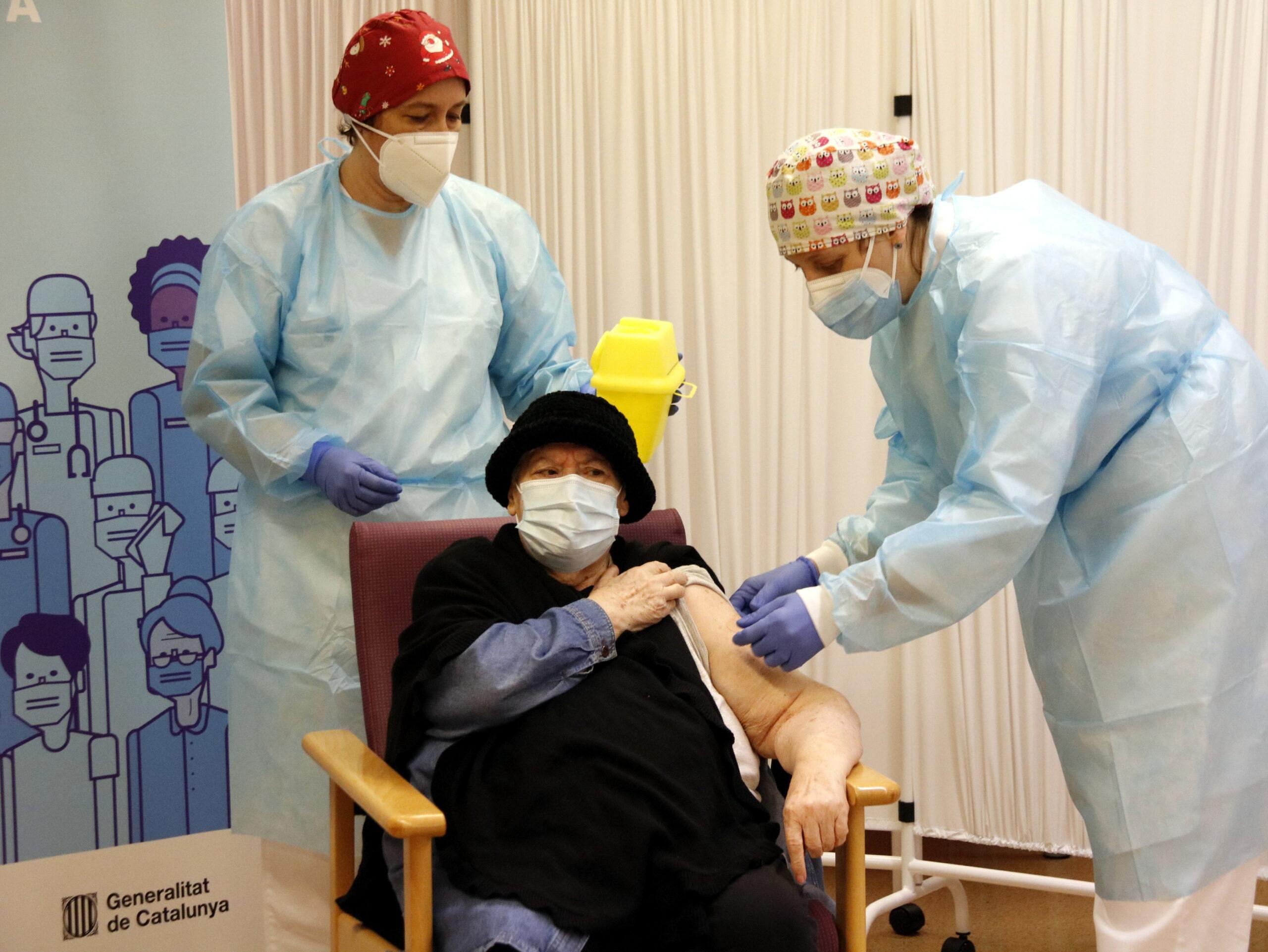 Milagros Garcia, la primera persona vacunada de la demarcació de Lleida, durant la vacunació a la residència Balafia I, el 27 de desembre de 2020 / ACN