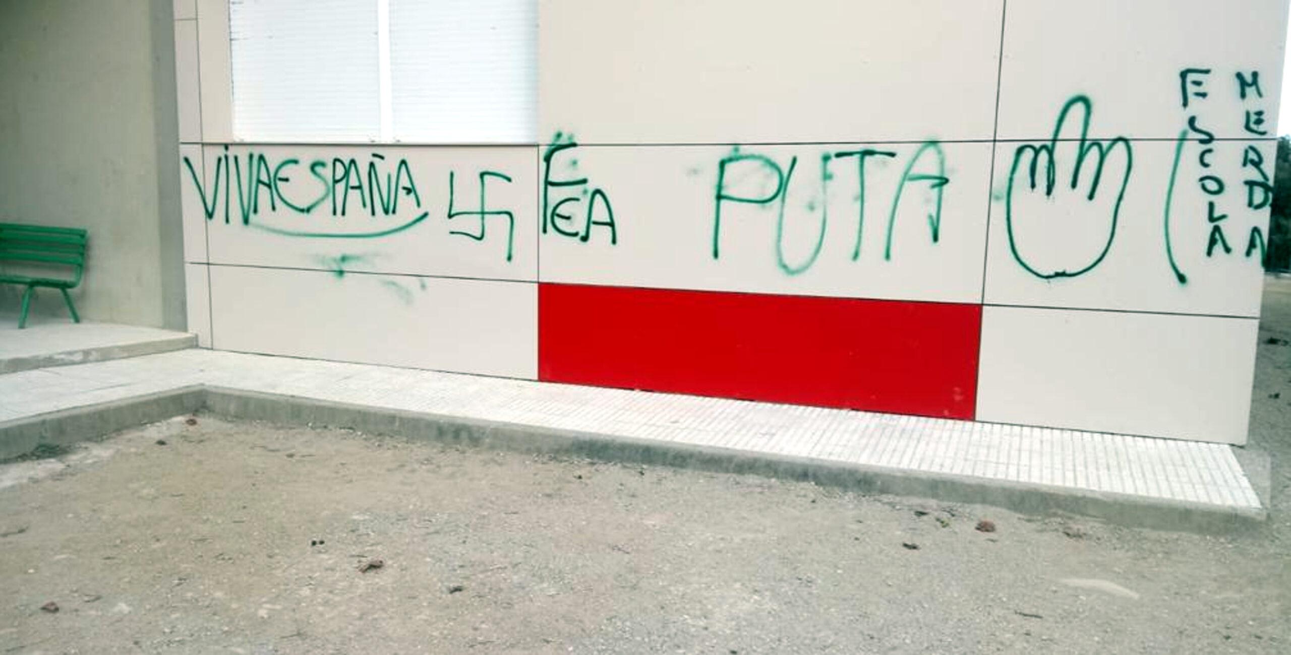 Part de les pintades que han aparegut a la façana i al pati de l'escola Montserrat de Sarrià de Ter | ACN