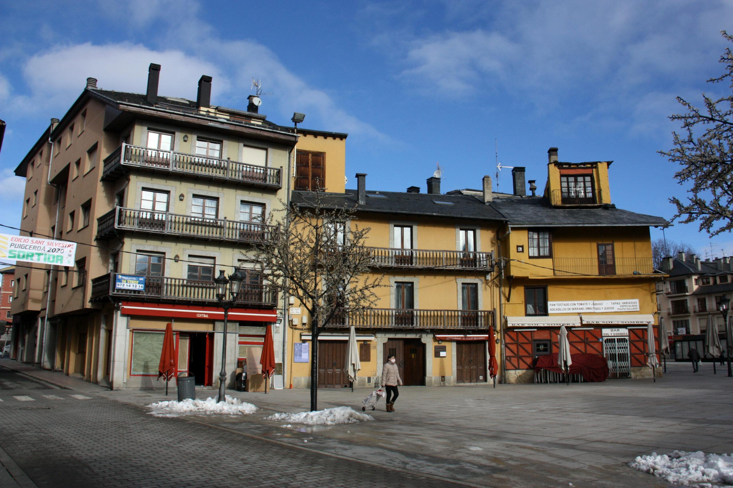 Diversos bars de Puigcerdà tancats i amb les terrasses recollides per les restriccions del confinament perimetral de la Cerdanya | ACN