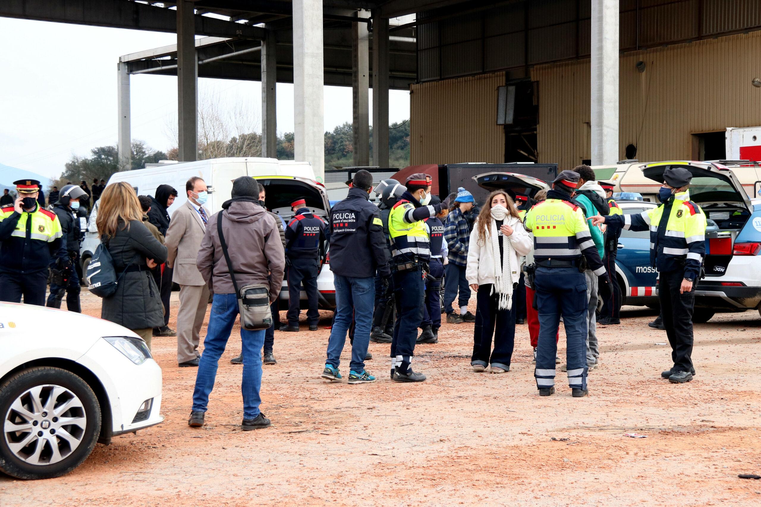 La nau on es feia la 'rave' de Llinars amb els Mossos identificant alguns dels assistents | ACN