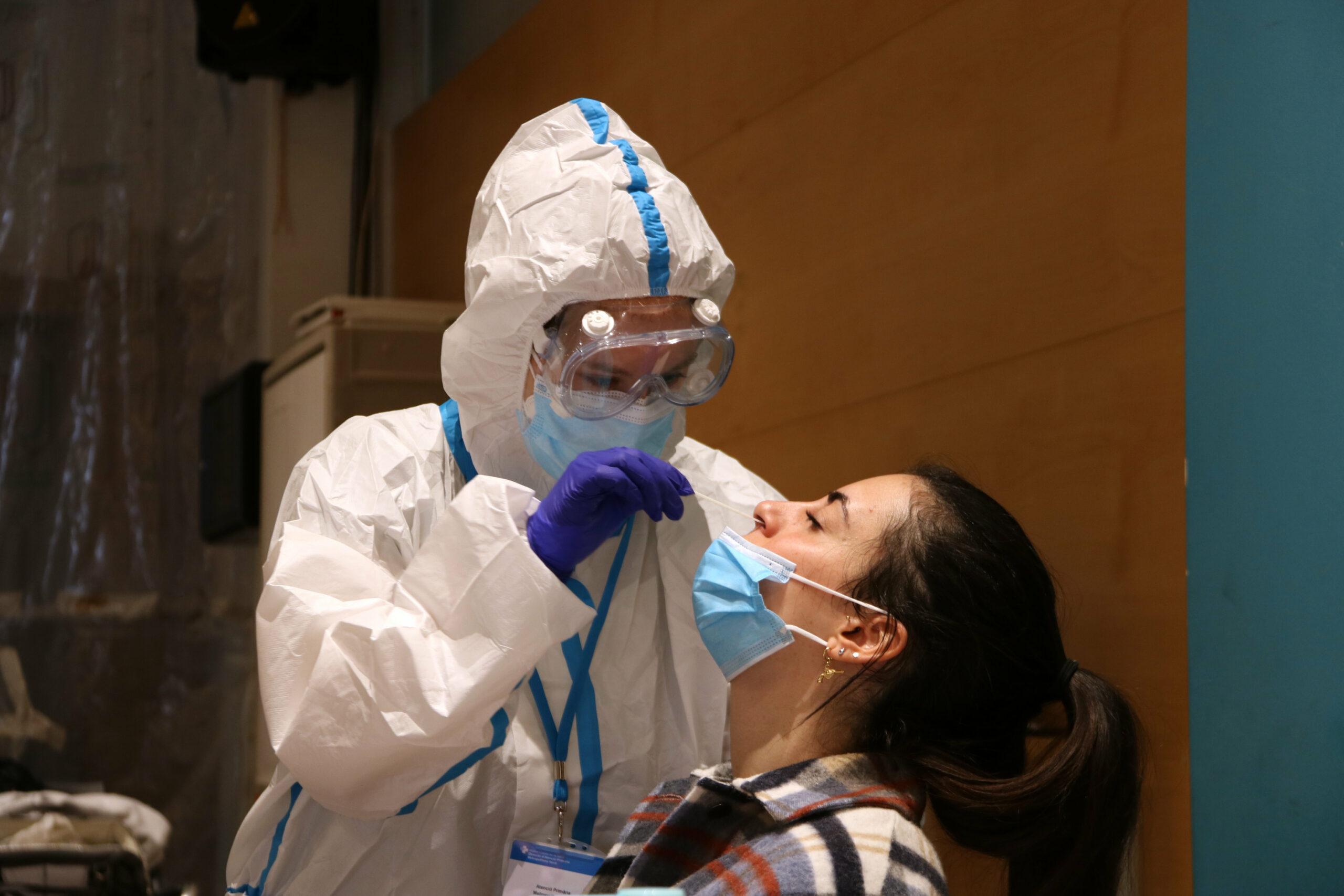 Una ciutadana se sotmet a una prova PCR al Centre Cívic Cal Balsach de Sabadell | ACN