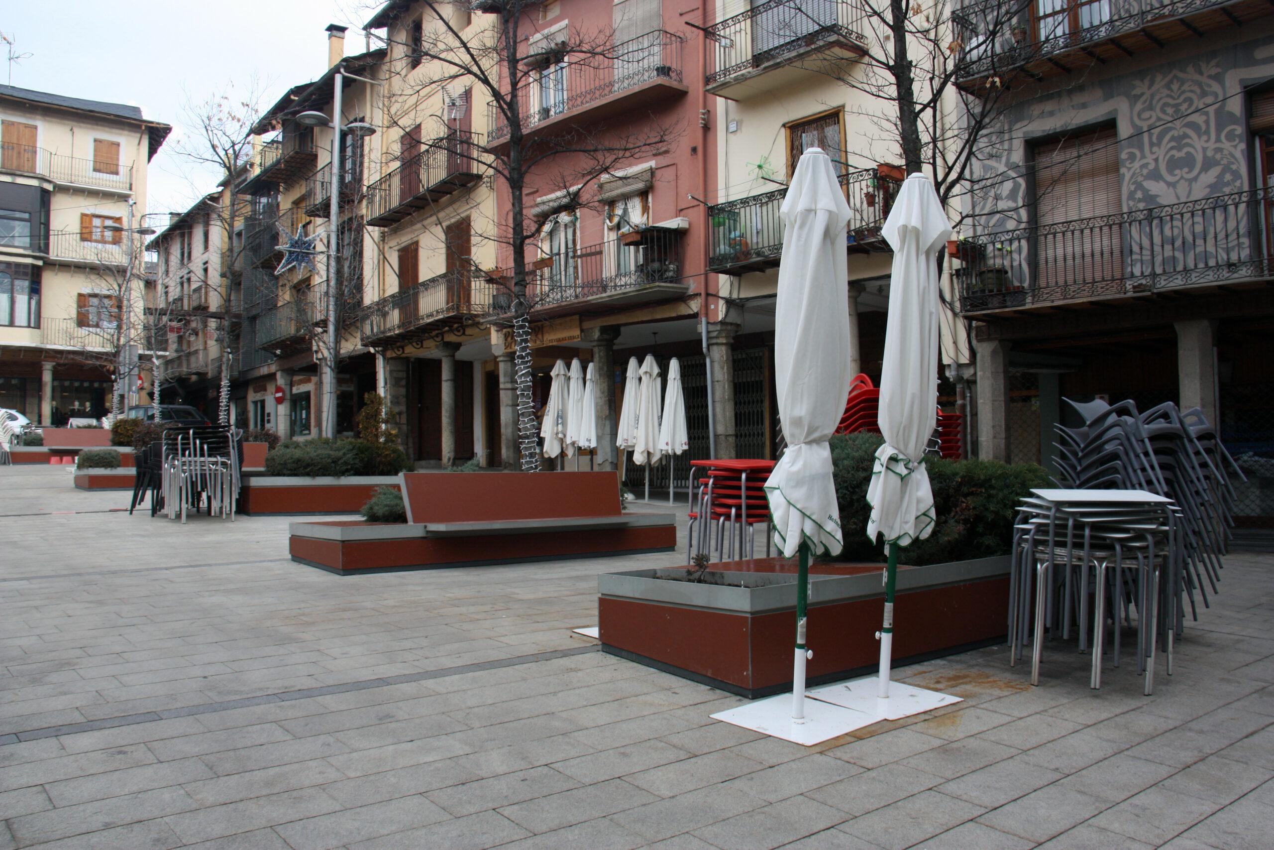 Taules i cadires recollides de diversos bars de la plaça Cabrinetty de Puigcerdà el primer dia de confinament perimetral de la Cerdanya | ACN