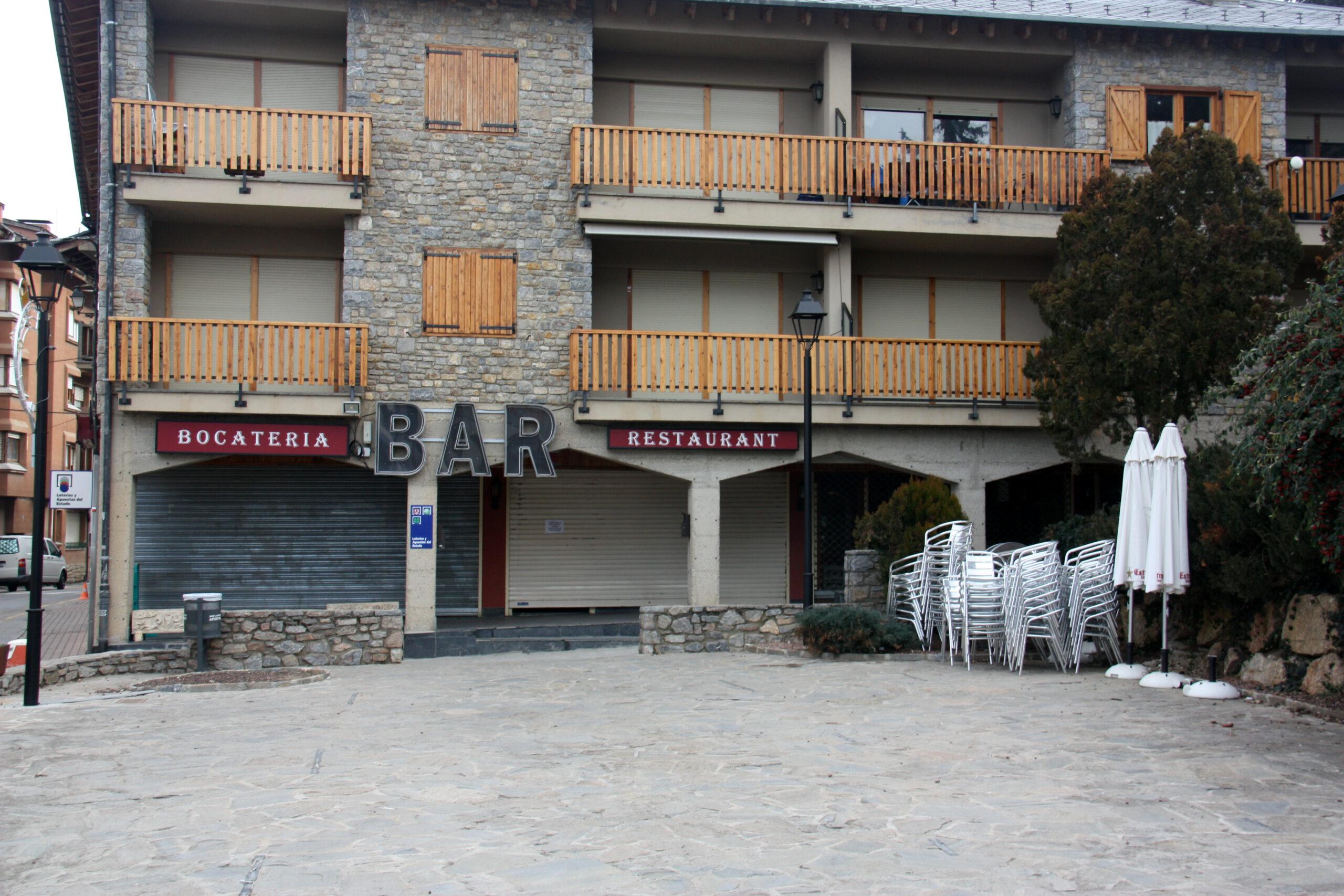 Un bar del centre d'Alp (Cerdanya) tancat i amb les taules de la terrassa recollides   ACN