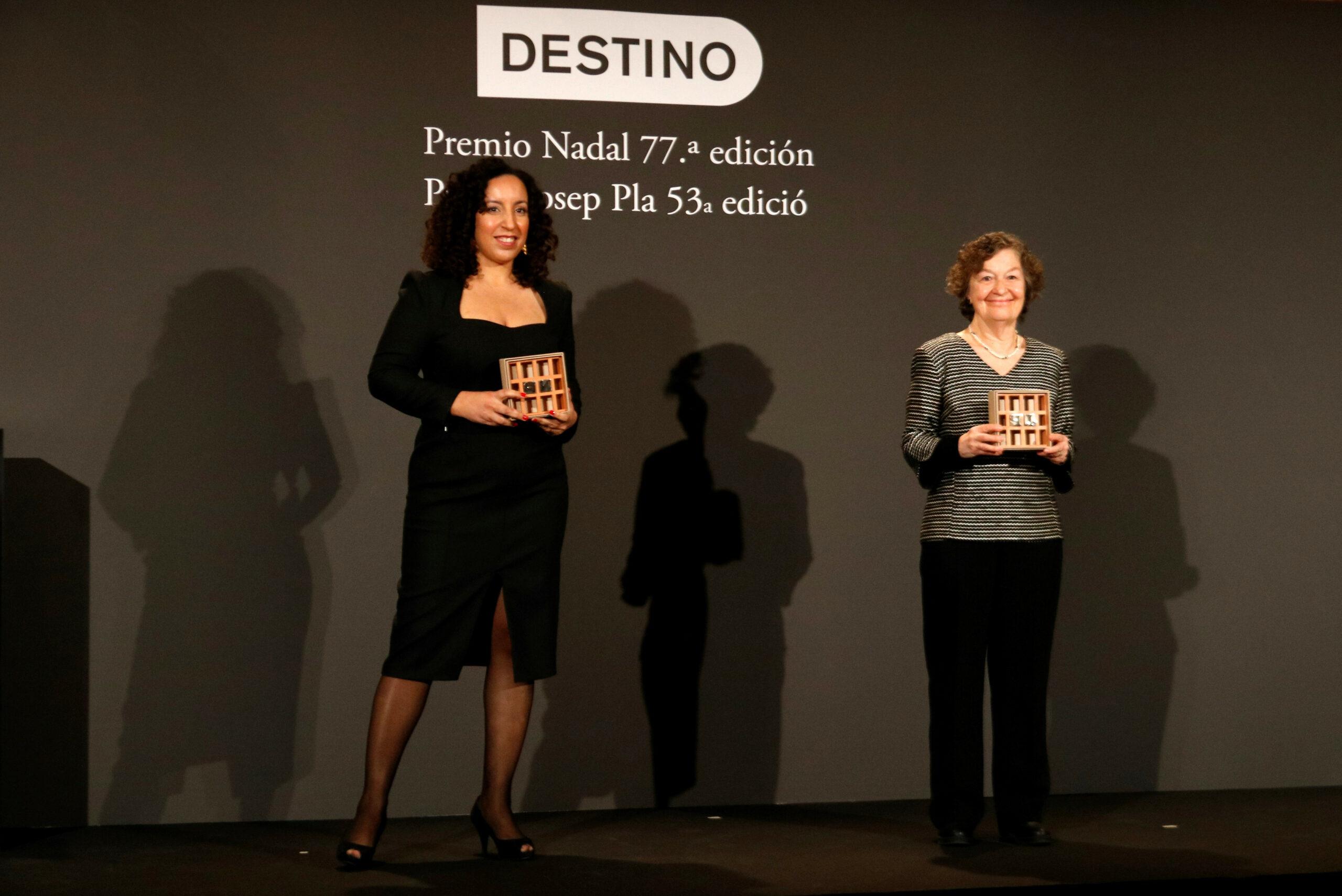 Les guanyadores dels Premis Nadal i Premis Josep Pla, Najat El Hachmi i Maria Barbal, mostrant el guardó | ACN