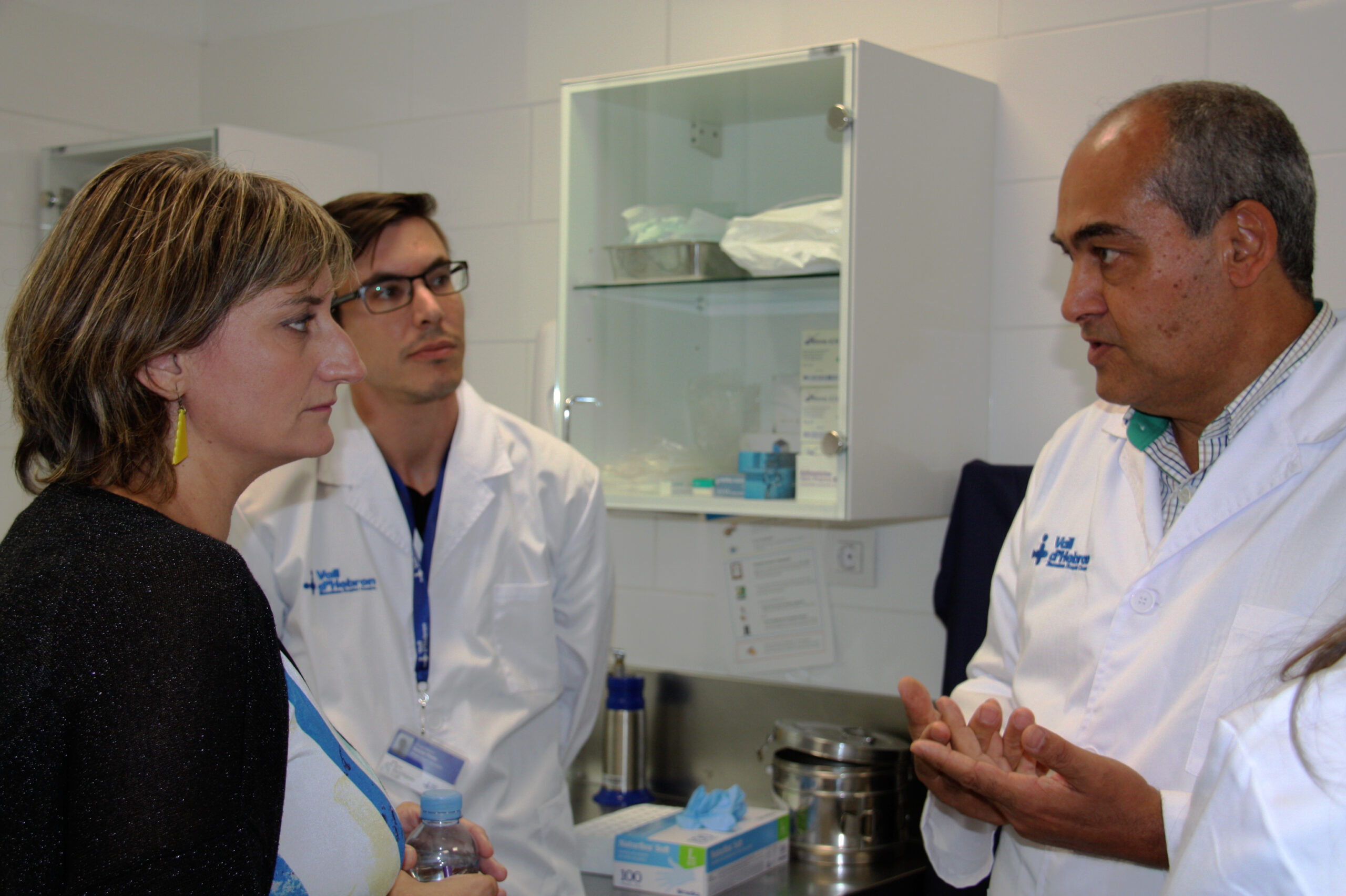 La consellera de Salut, Alba Vergés, amb el cap del Servei de Malalties Infeccioses de Vall d'Hebron, el doctor Benito Almirante   ACN