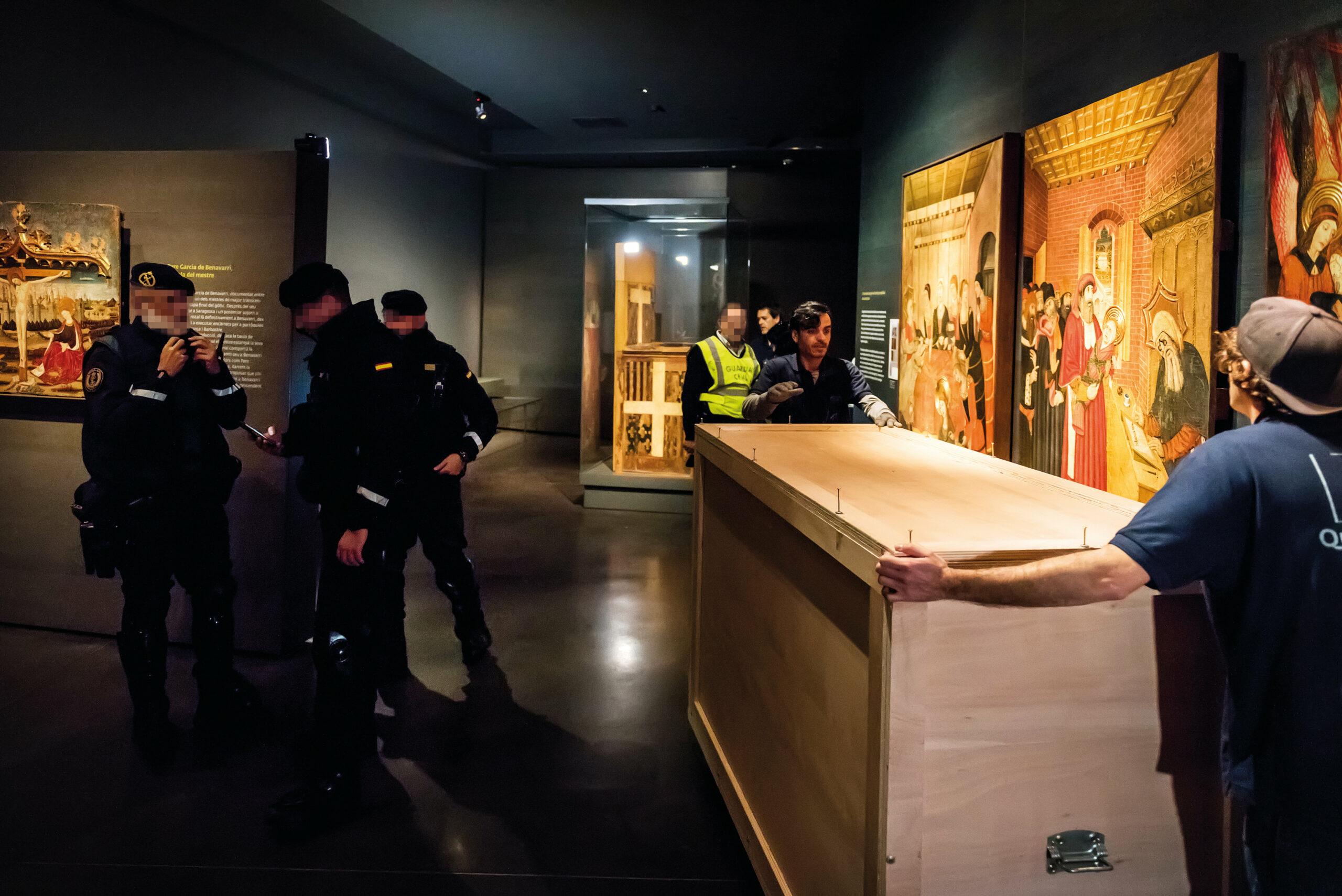Treballadors de l'empresa de transports contractada per l'Aragó i agents de la Guàrdia Civil, durant el trasllat de les peces de Sixena del Museu de Lleida | ACN