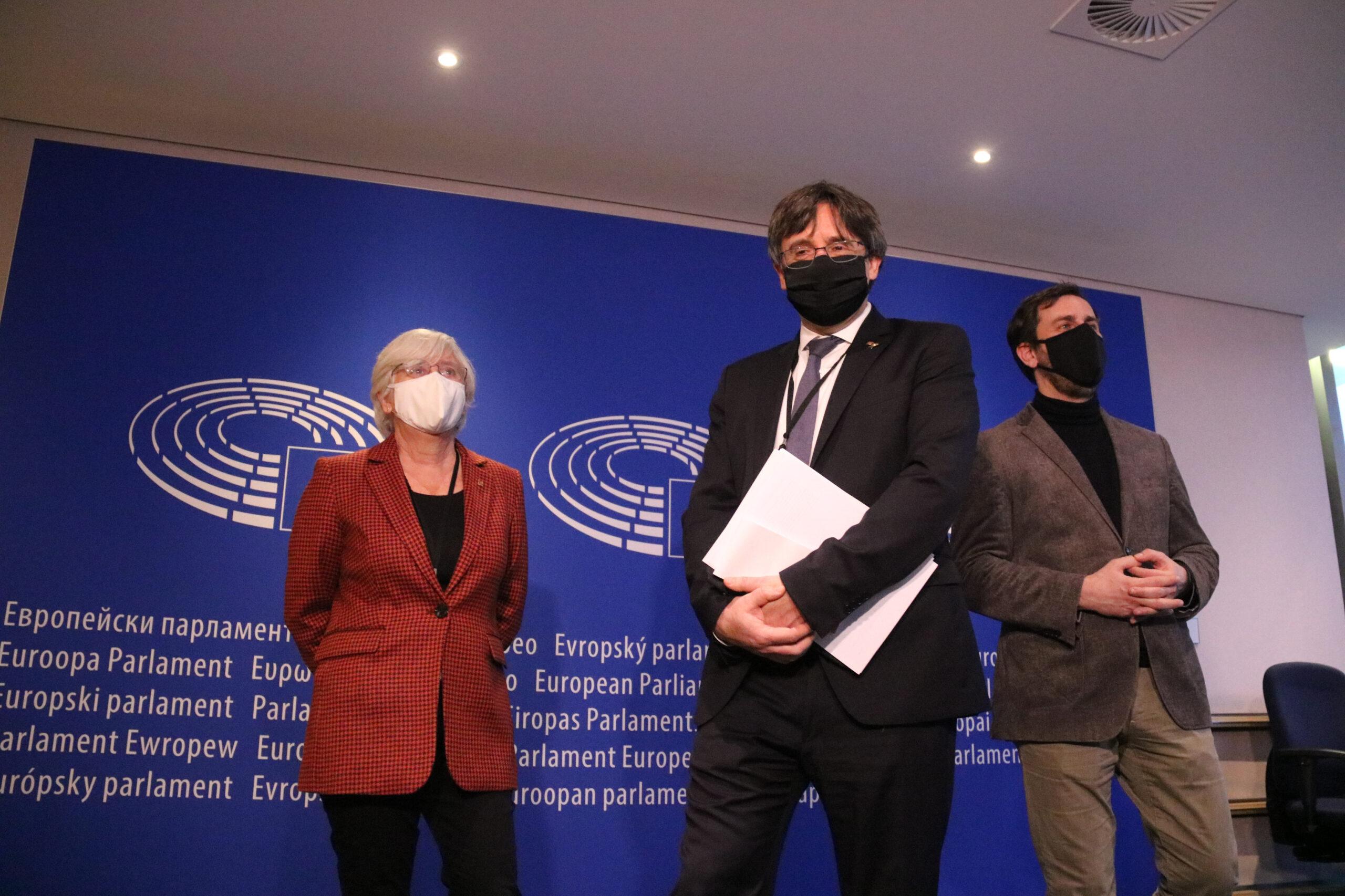 Els eurodiputats Carles Puigdemont, Clara Ponsatí i Toni Comín a l'entrada de la vista pel suplicarori el 14 de gener de 2021 al Parlament Europeu (Horitzontal)