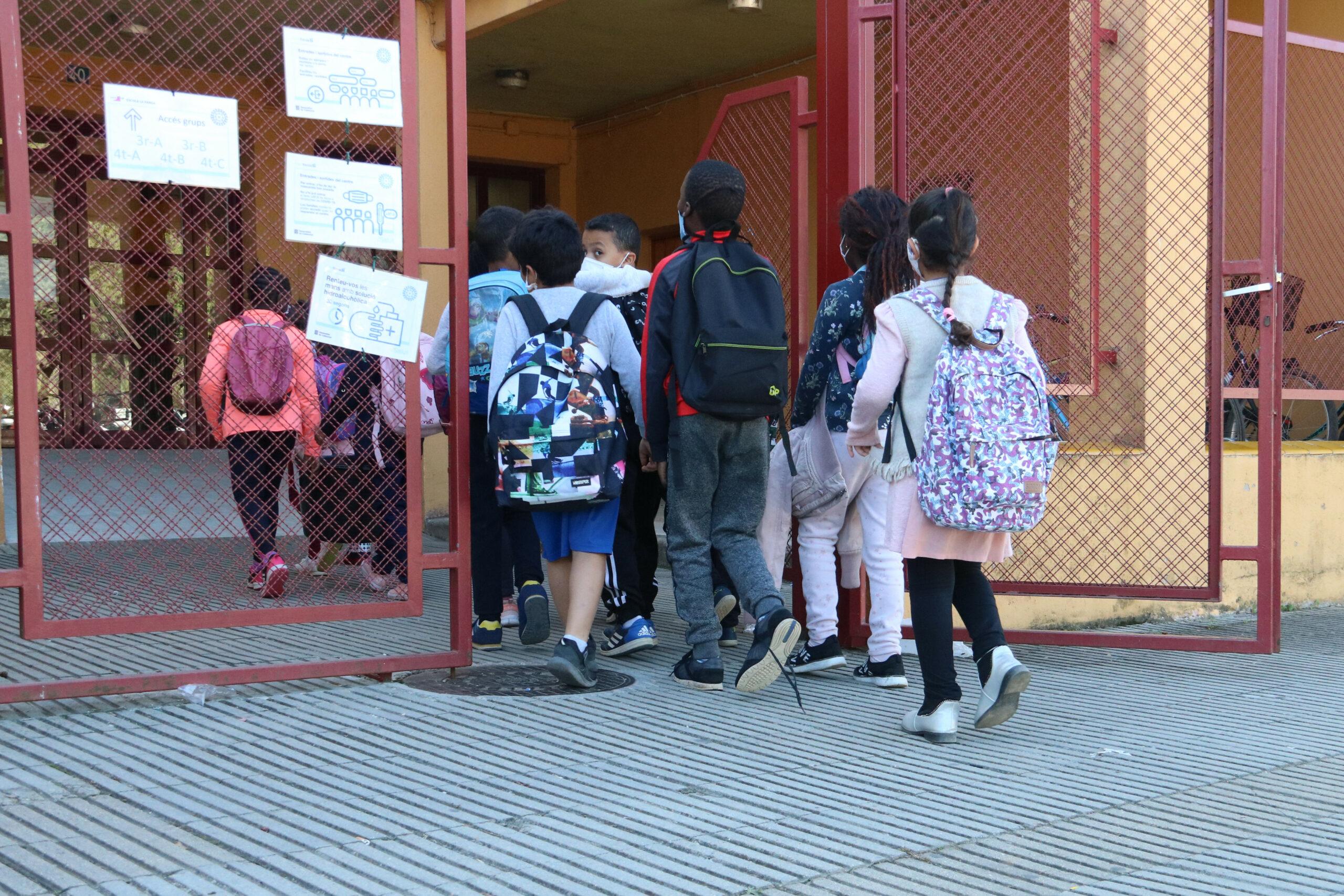 Uns alumnes entrant a l'escola la Farga de Salt | ACN