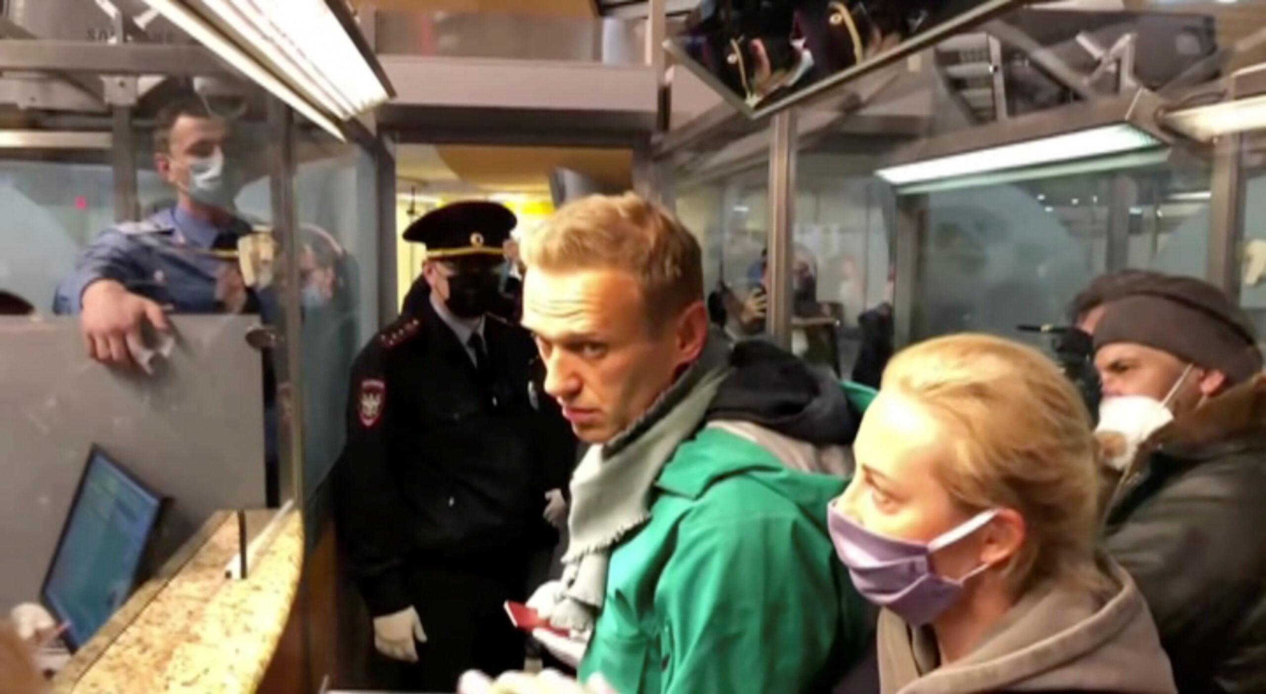 Una imatge extreta d'un vídeo mostra agents de la policia parlant amb Alexei Navalni abans de portar-lo a l'aeroport de Sheremetyevo a Moscou   REUTERS TV