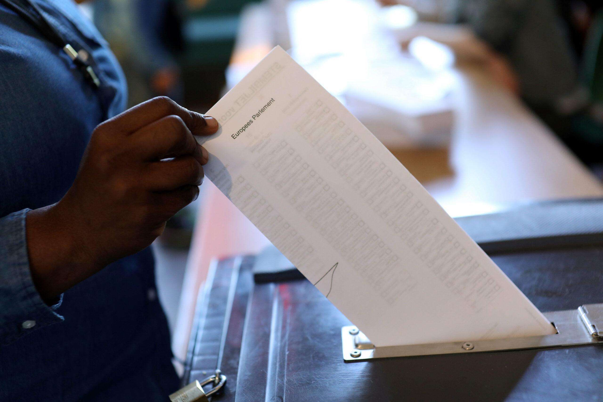 Una persona dipositant el seu vot a les eleccions europees, en una imatge d'arxiu | Reuters