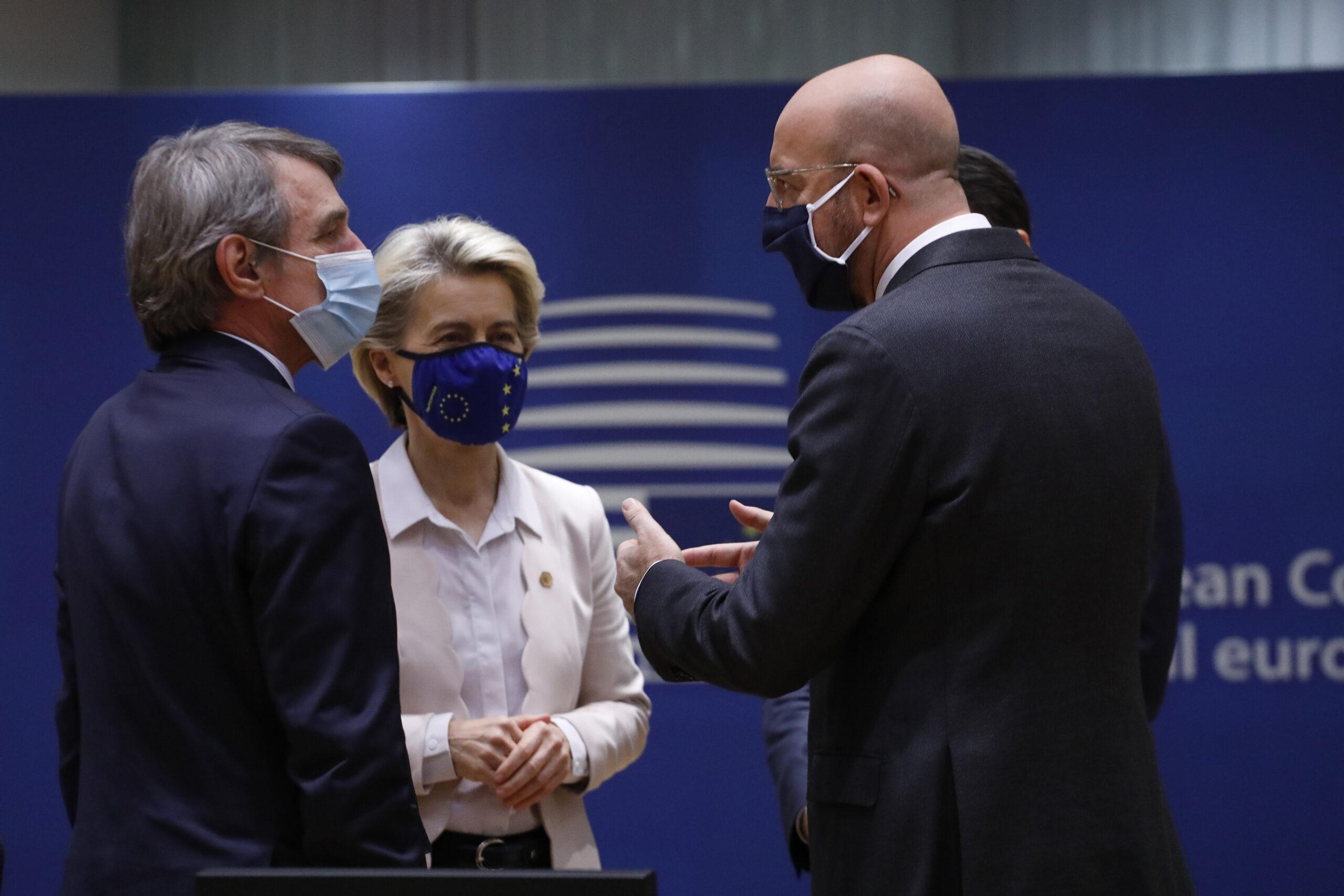 La presidenta de la Comissió, Ursula von der Leyen, del Consell, Charles Michel, i de l'Eurocambra, David Sassoli | ACN
