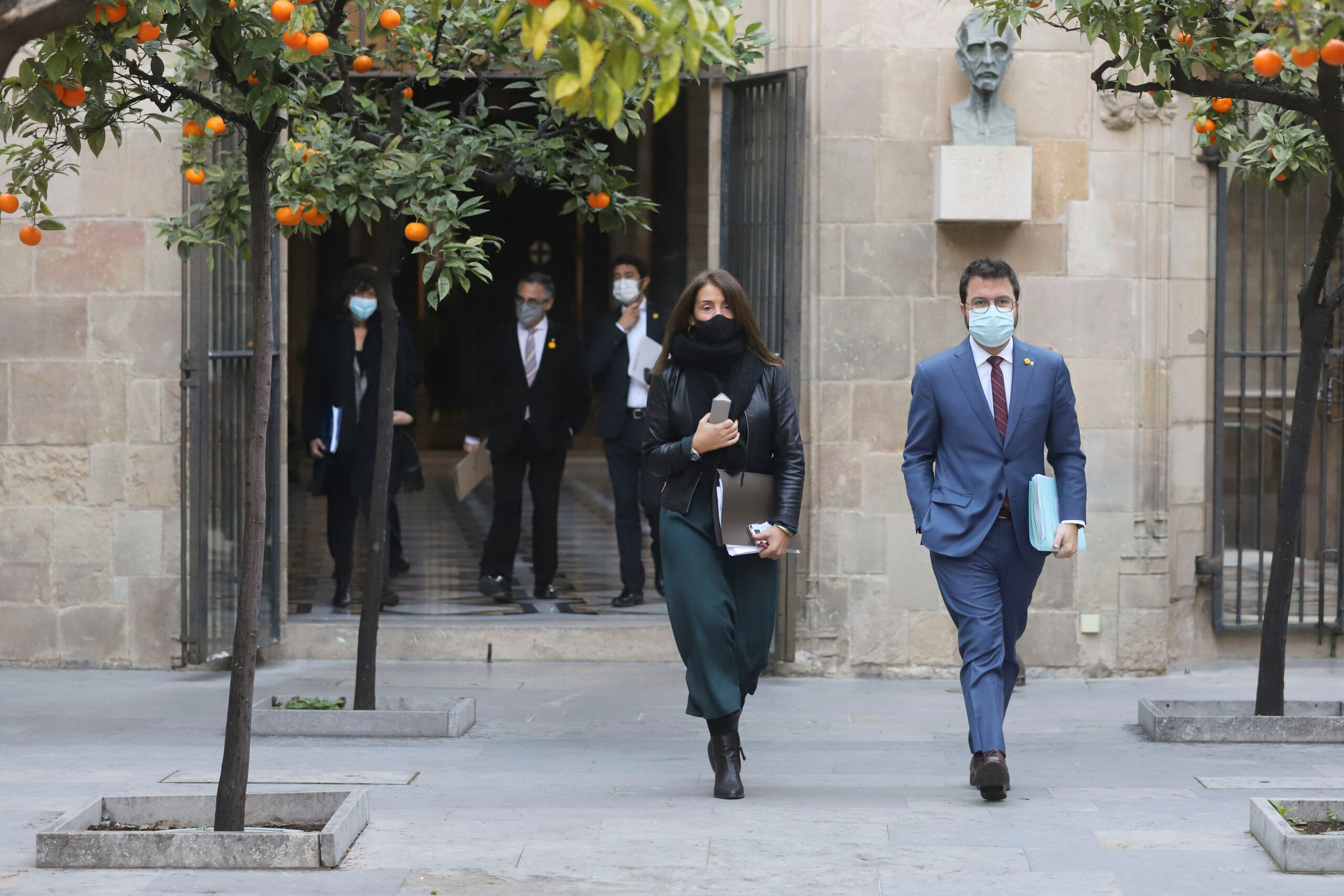 El vicepresident del Govern, Pere Aragonès, i la consellera de la Presidència, Meritxell Budó, dirigint-se a la reunió del Consell Executiu | ACN