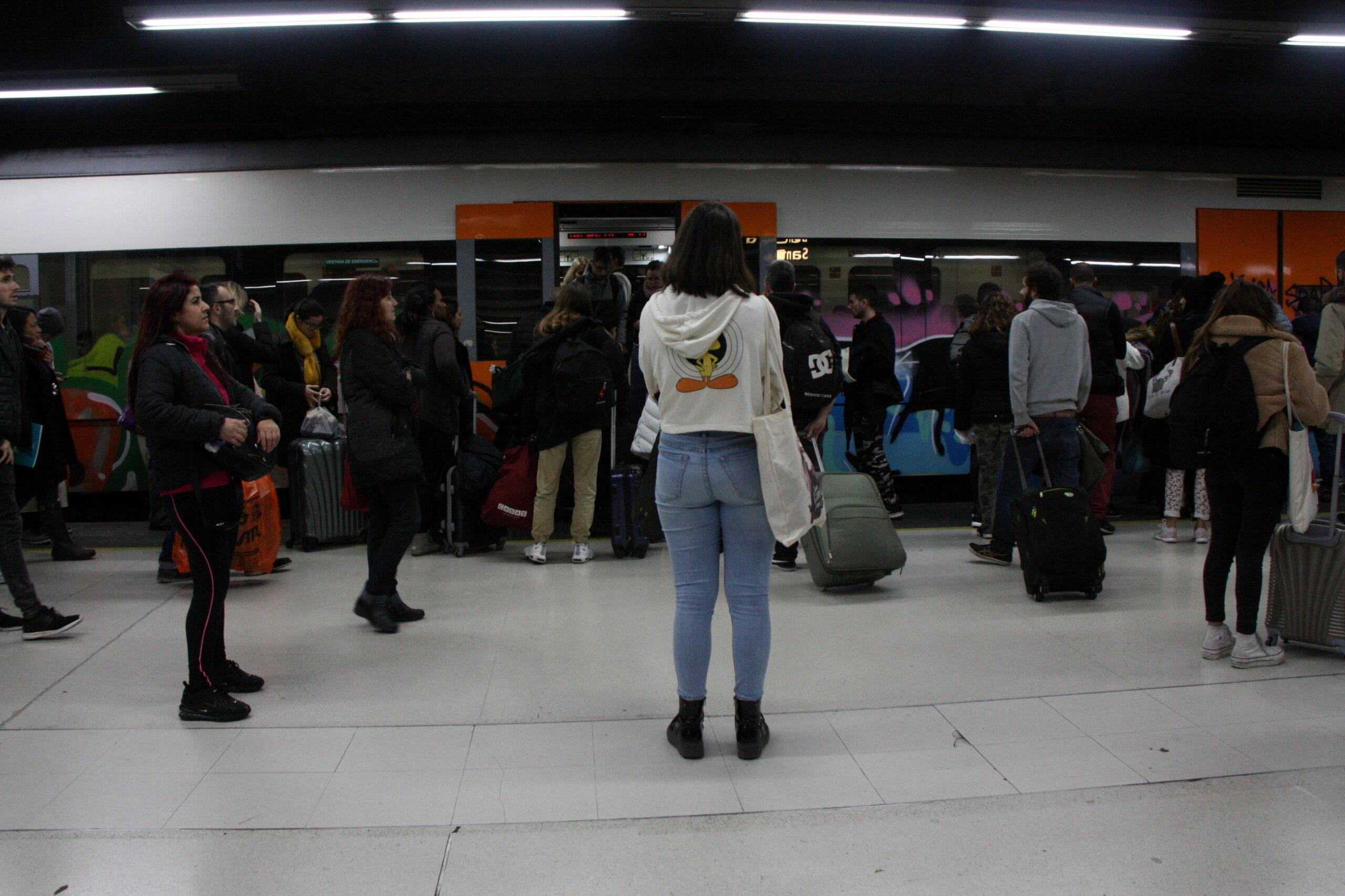 Passatgers esperant per entrar al tren el dia de la vaga general de Renfe. 20 de desembre de 2019 / ACN