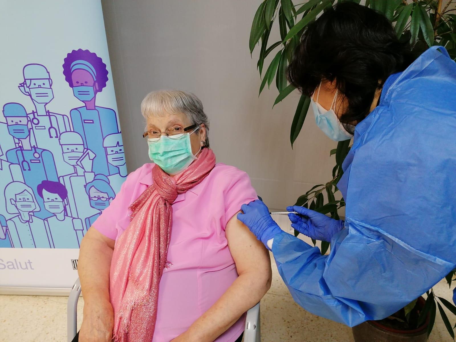 Antònia Sedó, una usuària de 93 anys de la residència Natzaret de Móra d'Ebre, rebent la segona dosi de la vacuna contra la covid-19 | ACN