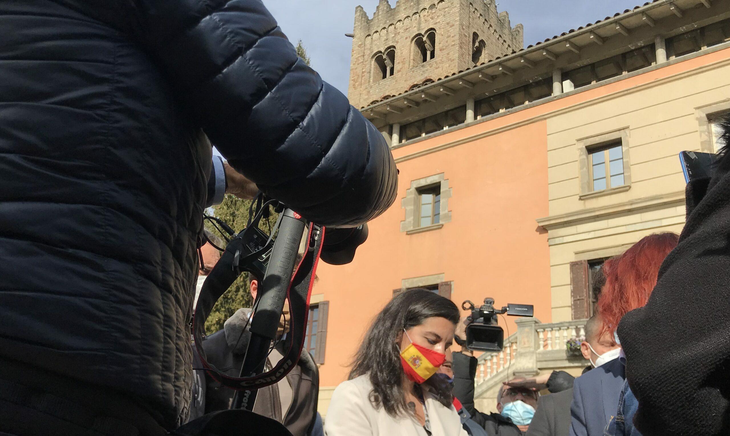 Rocio Monasterio amb mascareta espanyola i  el monestir de Ripoll de fons/QS