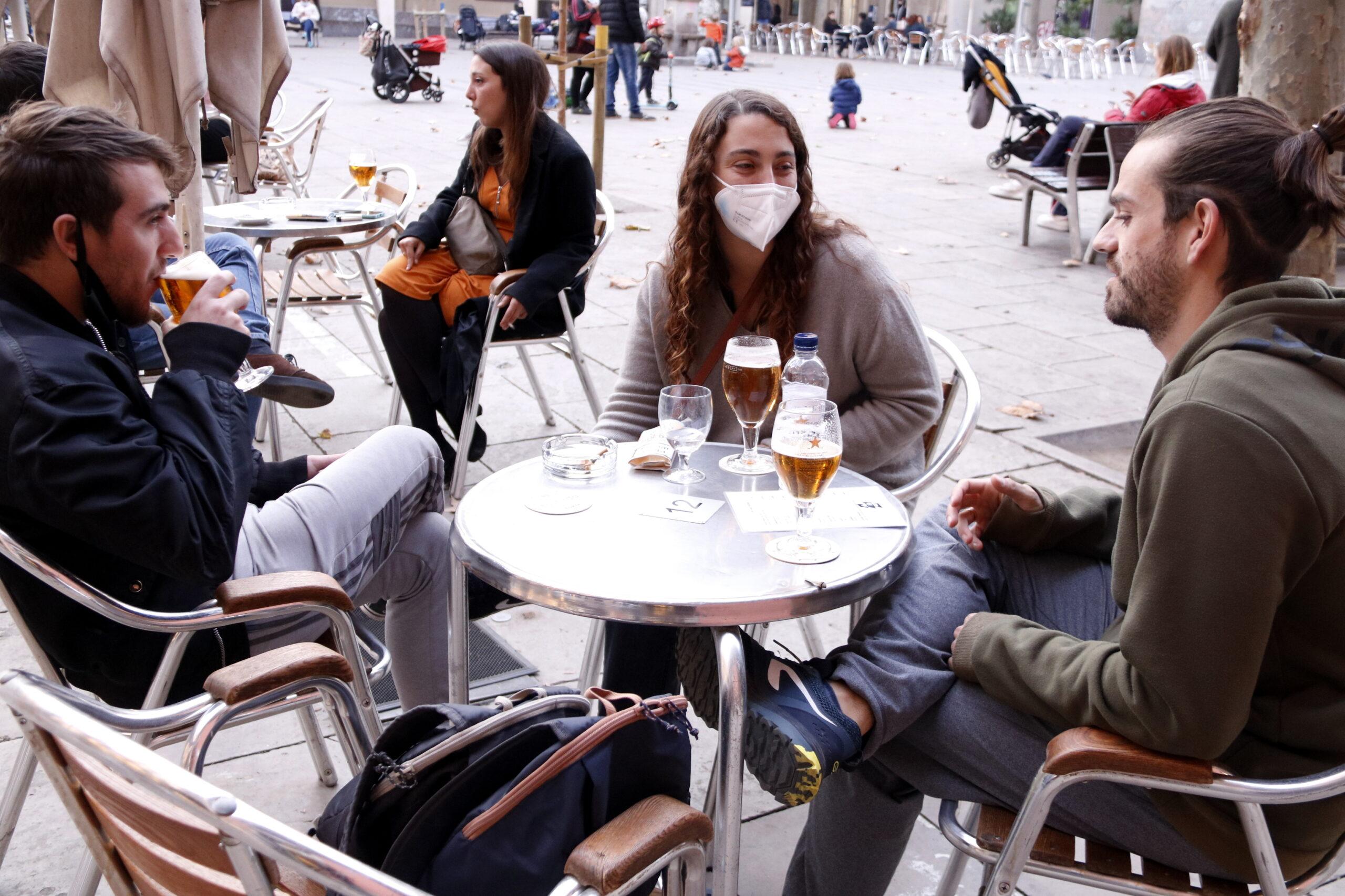 Uns joves prenen una cervesa en una terrassa a la plaça de la Virreina de Barcelona | ACN