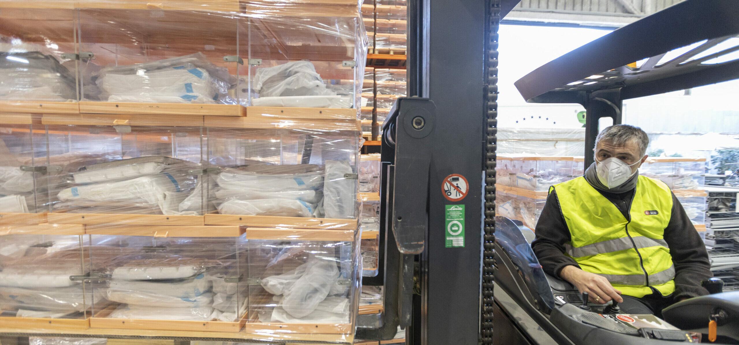 Operaris manipulant algunes de les urnes que s'utilitzaran a Barcelona en les eleccions del 14-F | ACN