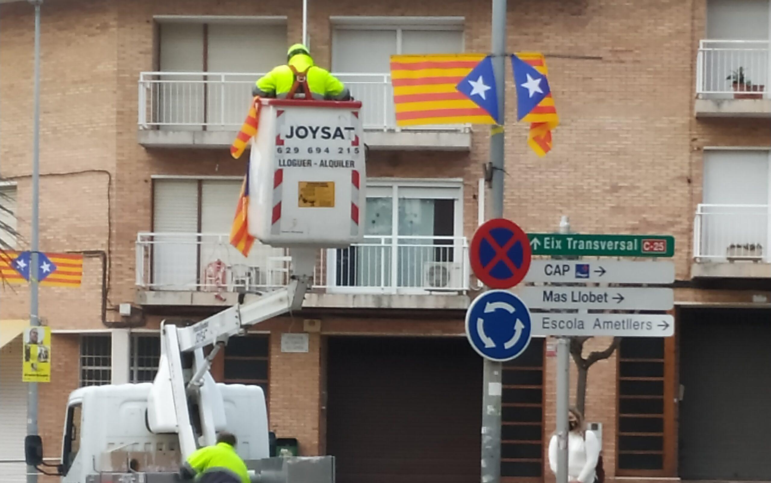 Operaris de Sant Joan de Vilatorrada retirant estelades dels fanals