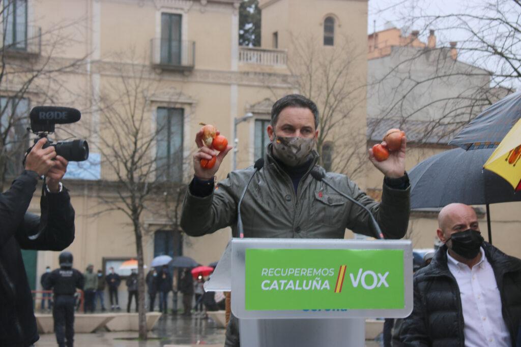 Santiago Abascal mostrant alguns dels objectes que li han llançat | ACN