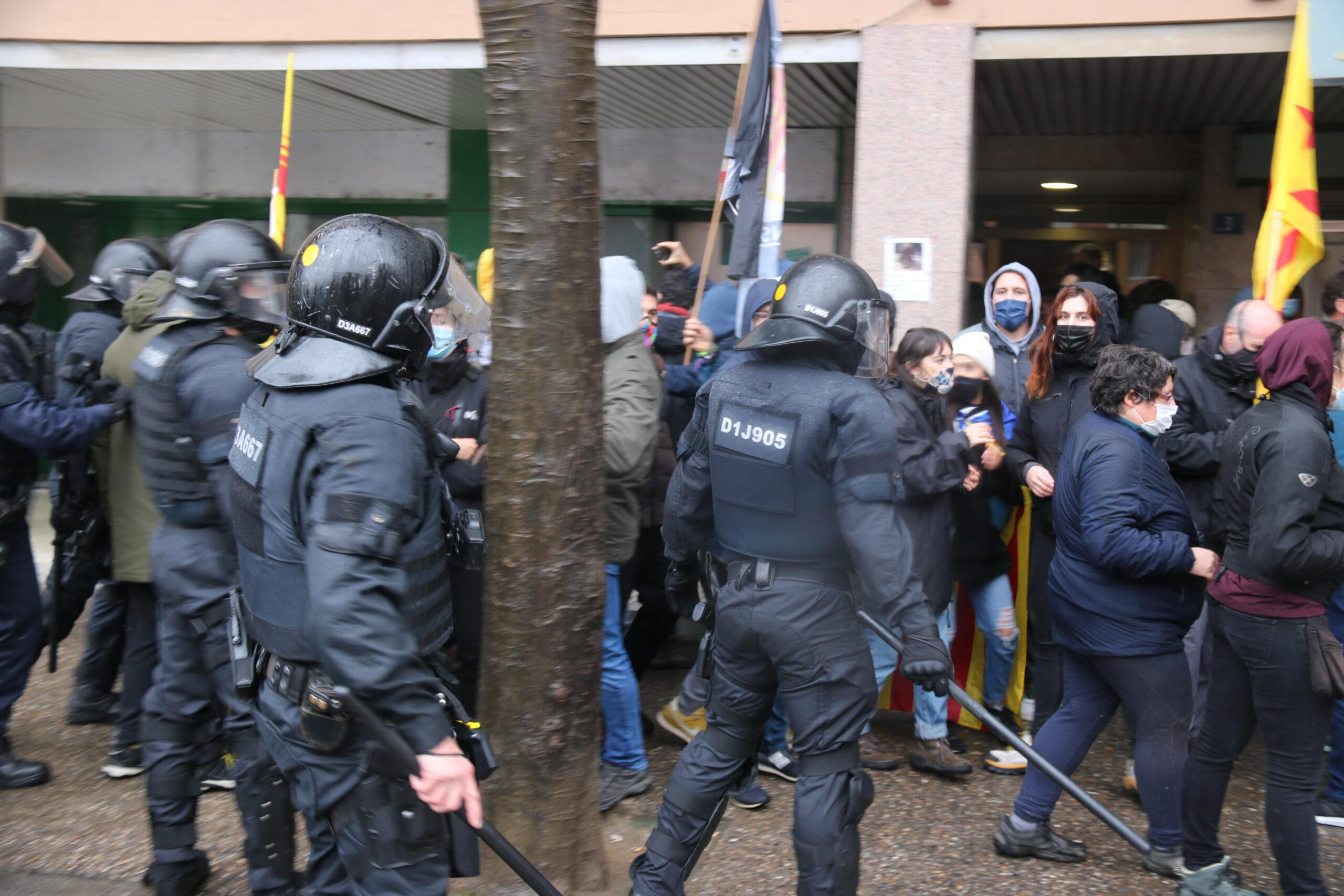 Un instant abans de la càrrega dels Mossos a uns manifestants antifeixistes a Salt | ACN