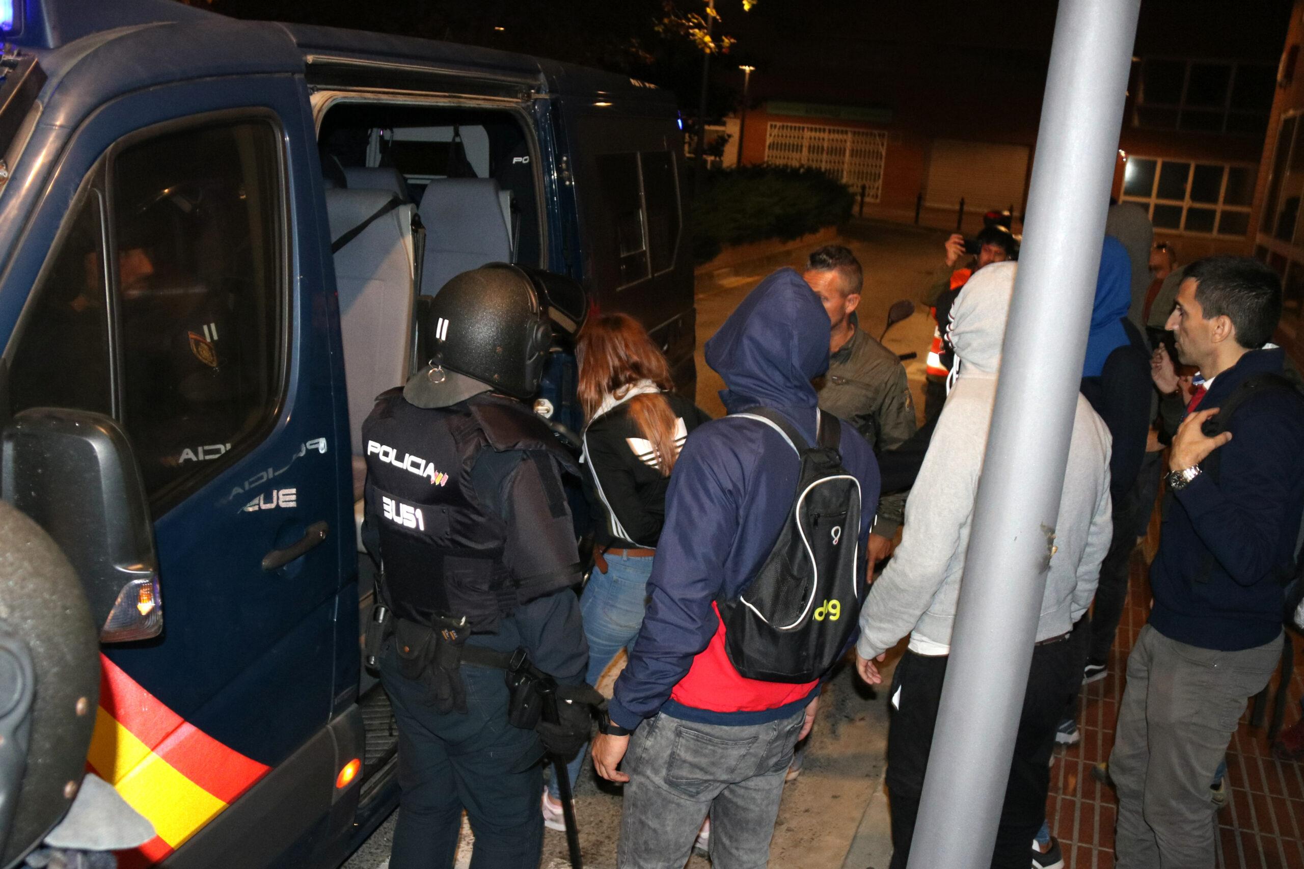 Una noia detinguda puja a la furgoneta de la Policia Nacional, envoltada d'agents, durant els aldarulls de l'octubre del 2019 | ACN