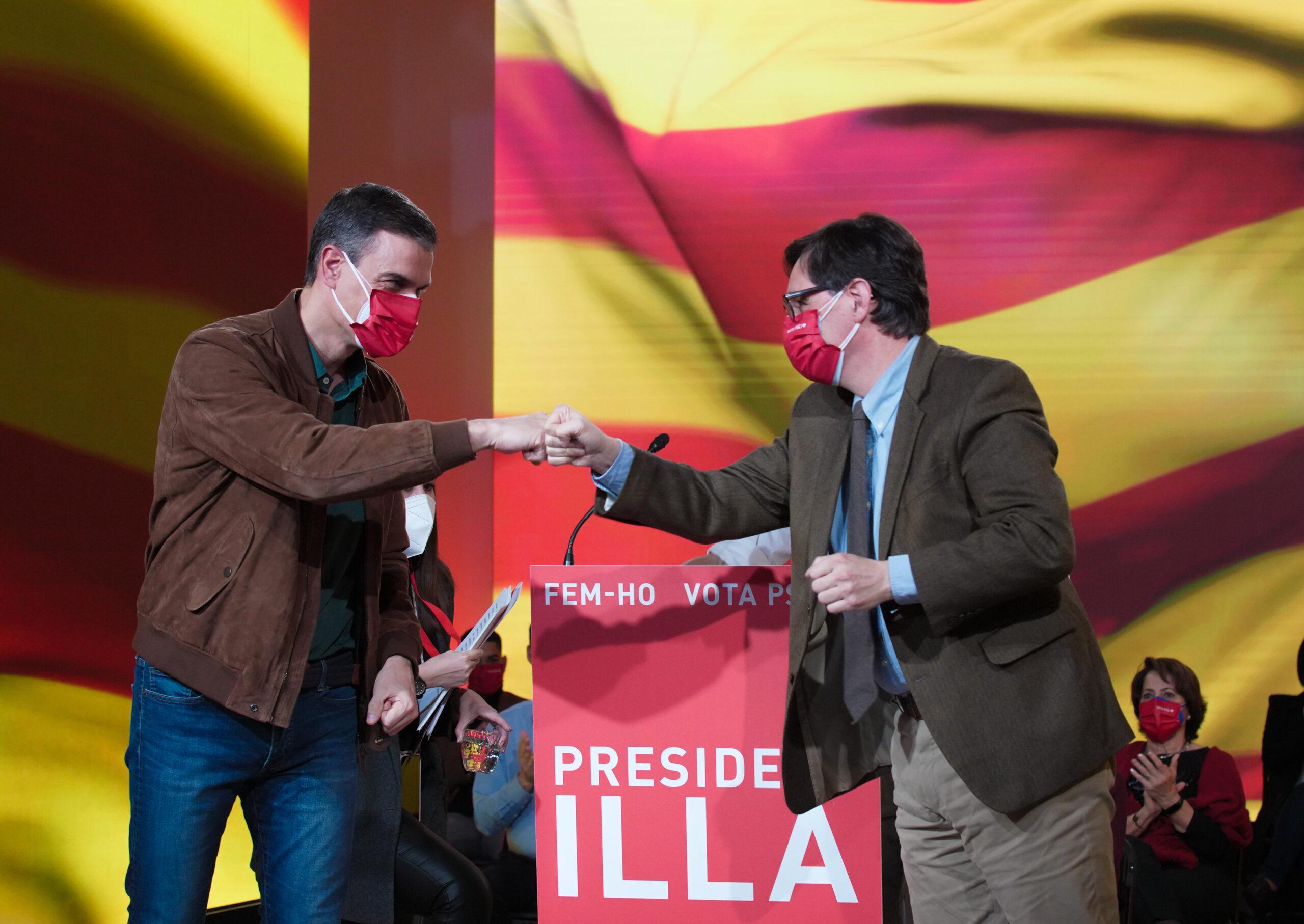 Pedro Sánchez, saludant-se després del míting de tancament de campanya amb el candidat, Salvador Illa / ACN