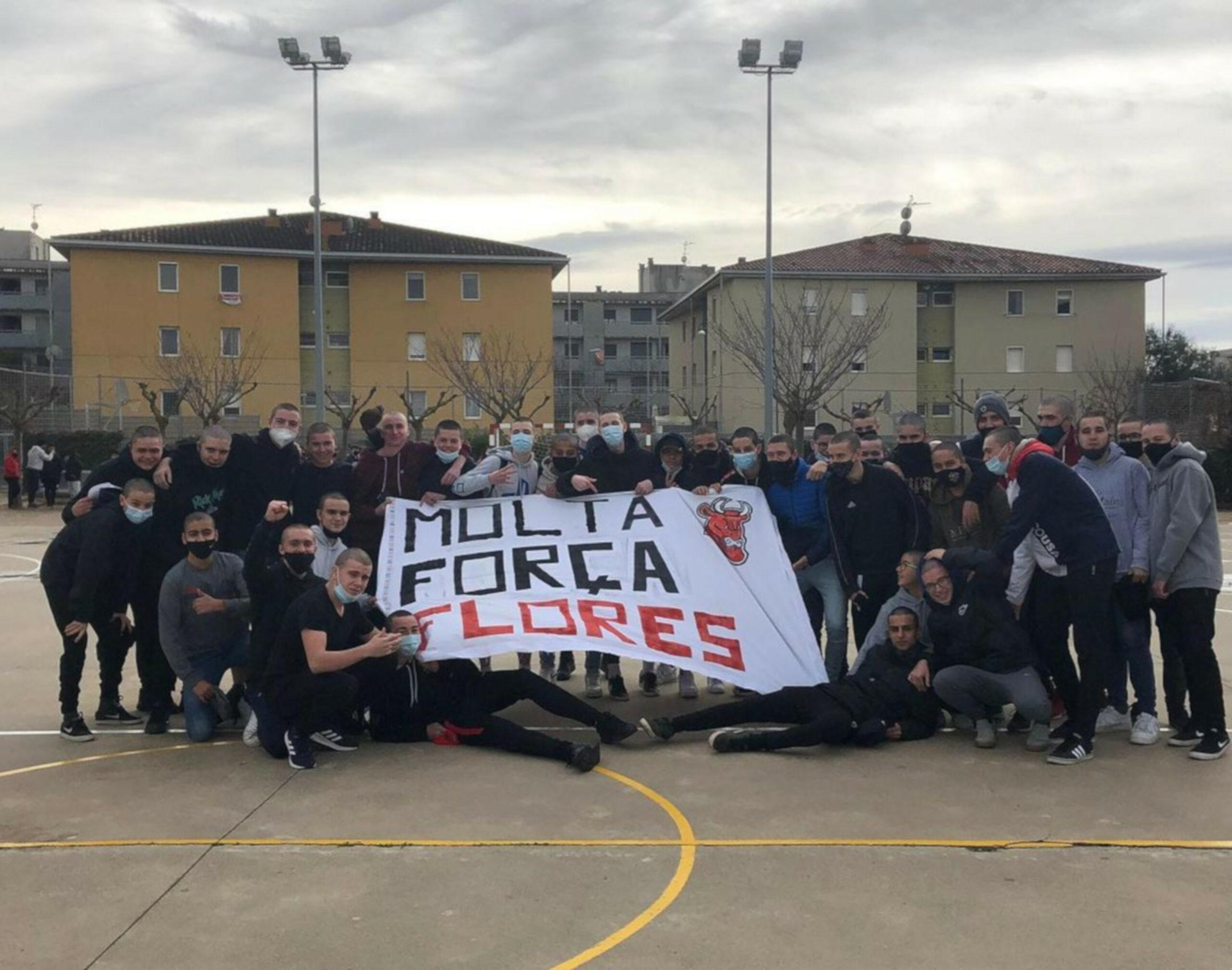Els amics d'en Ramon Flores amb el cap rapat i amb una pancarta de suport al jove aquest dissabte 13 de febrer de 2021. (Horitzontal)