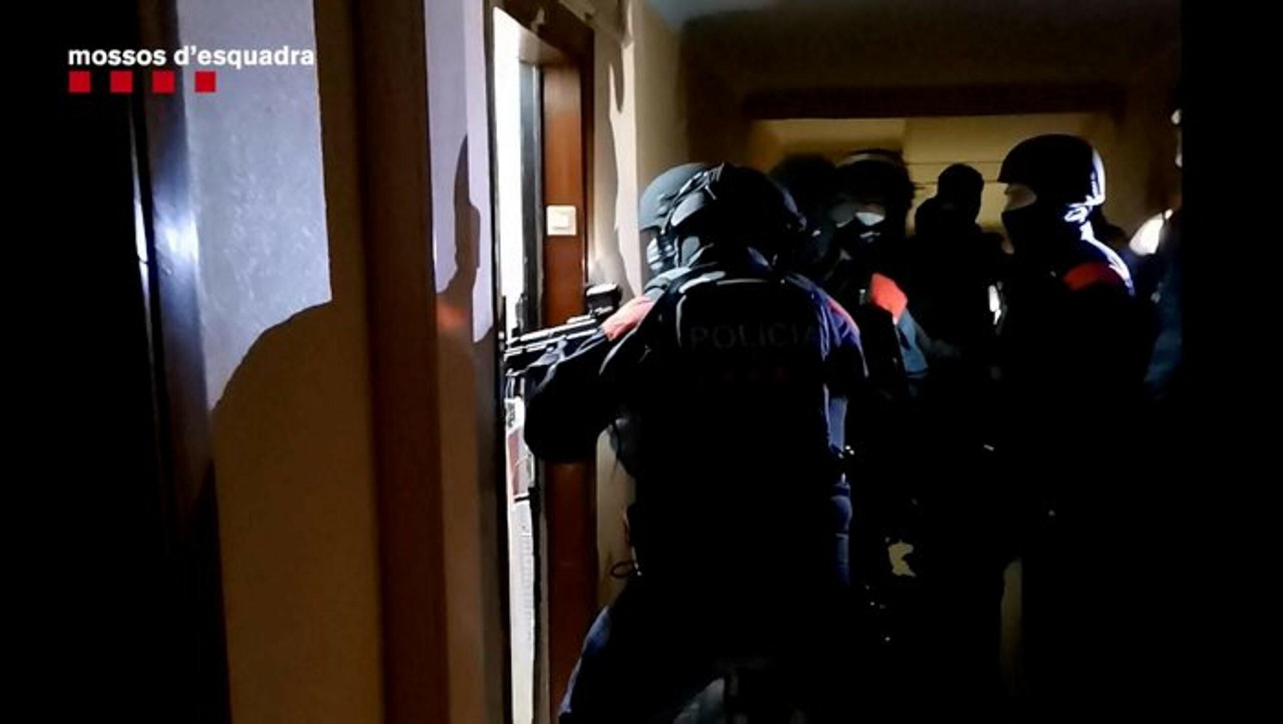 Mossos entrant en un dels domicilis en l'operatiu antidroga a la Florida, a l'Hospitalet de Llobregat. Imatge de l'11 de febrer del 2021. (horitzontal)