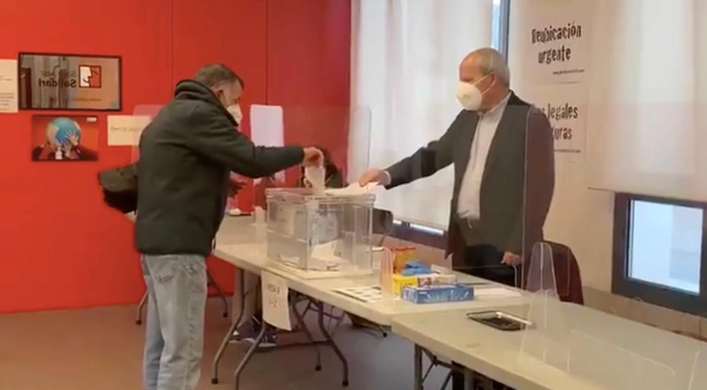 José Montilla presideix una mesa electoral / Ainara Guezuraga Gabikagogeaskoa