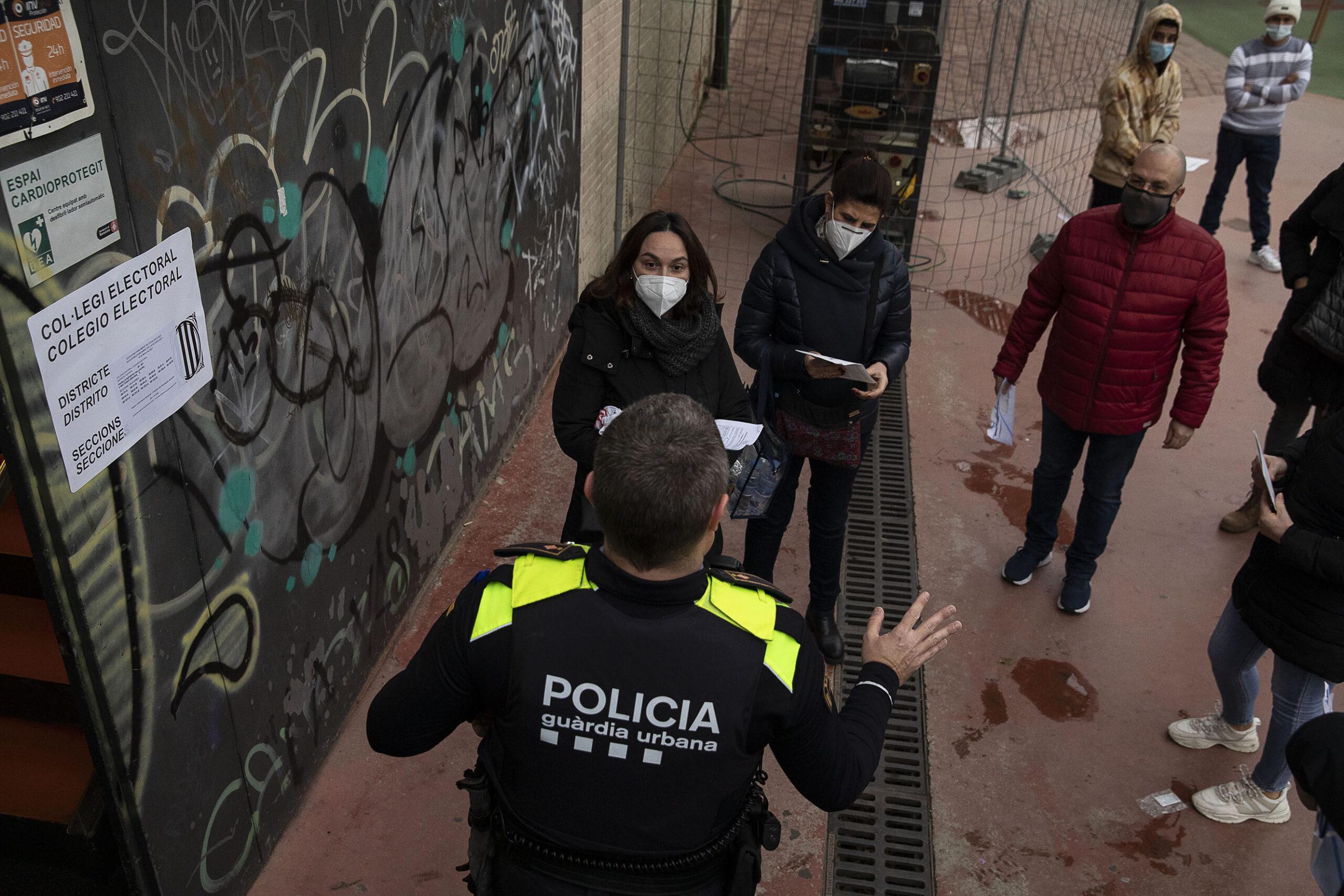 Persones en un col·legi electoral / Jordi Play