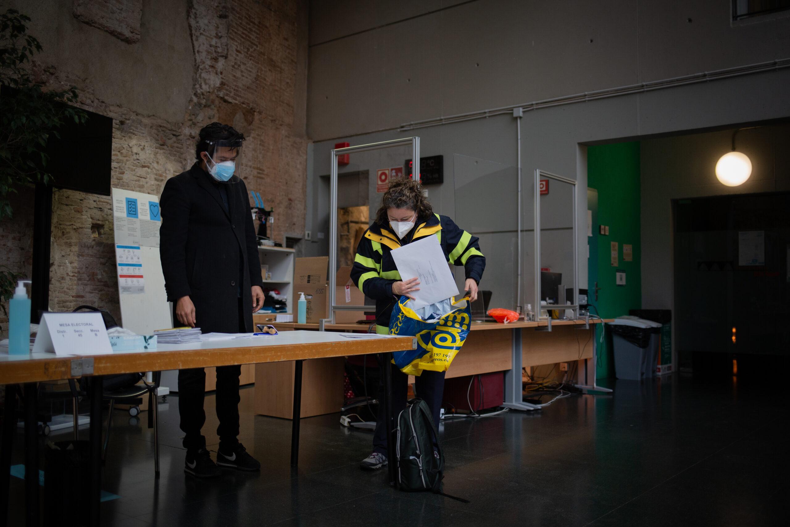 Una treballadora de Correus descarrega vots / EP